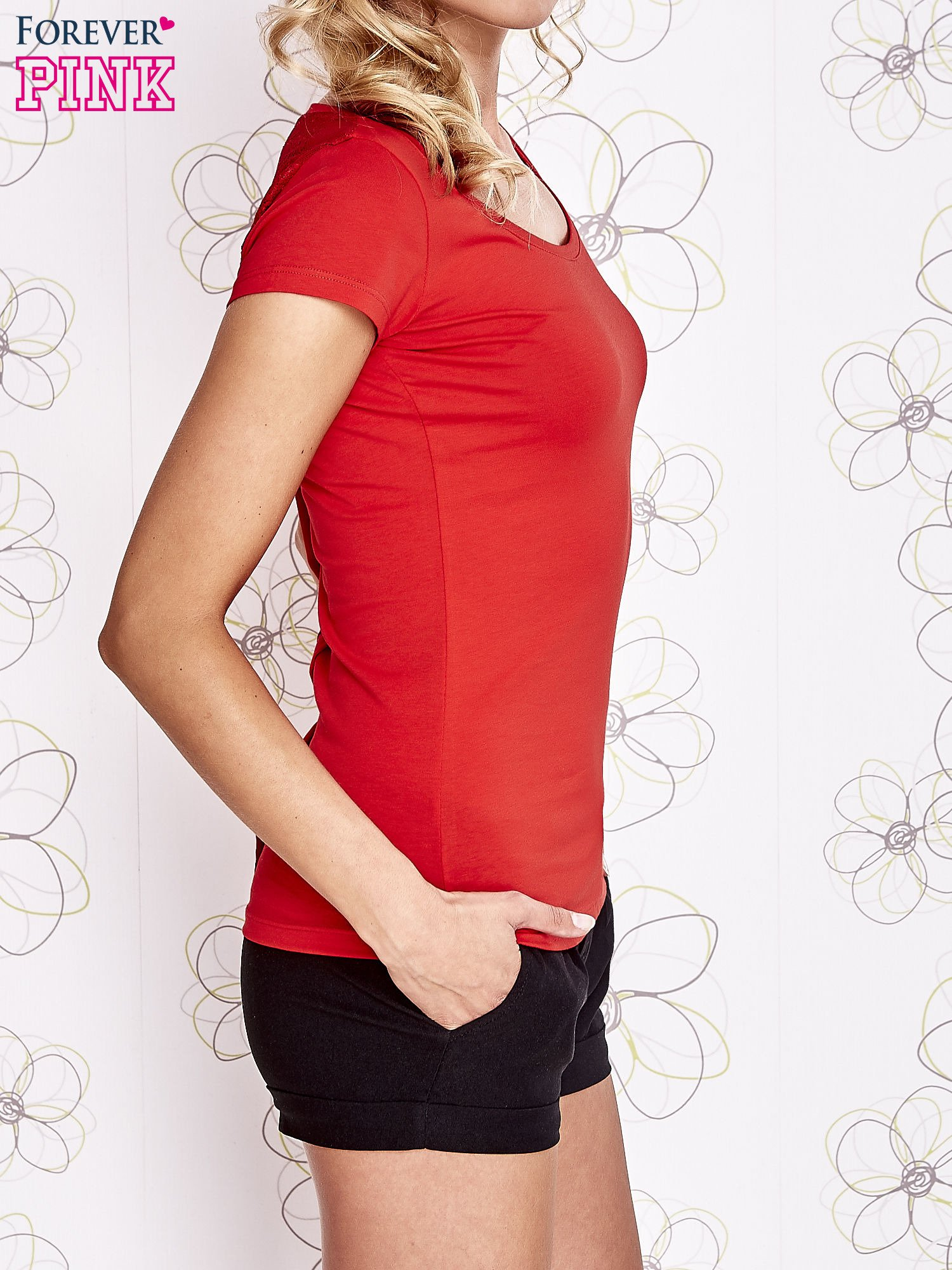 Czerwony t-shirt z kieszonką i koronkowym tyłem                                  zdj.                                  3