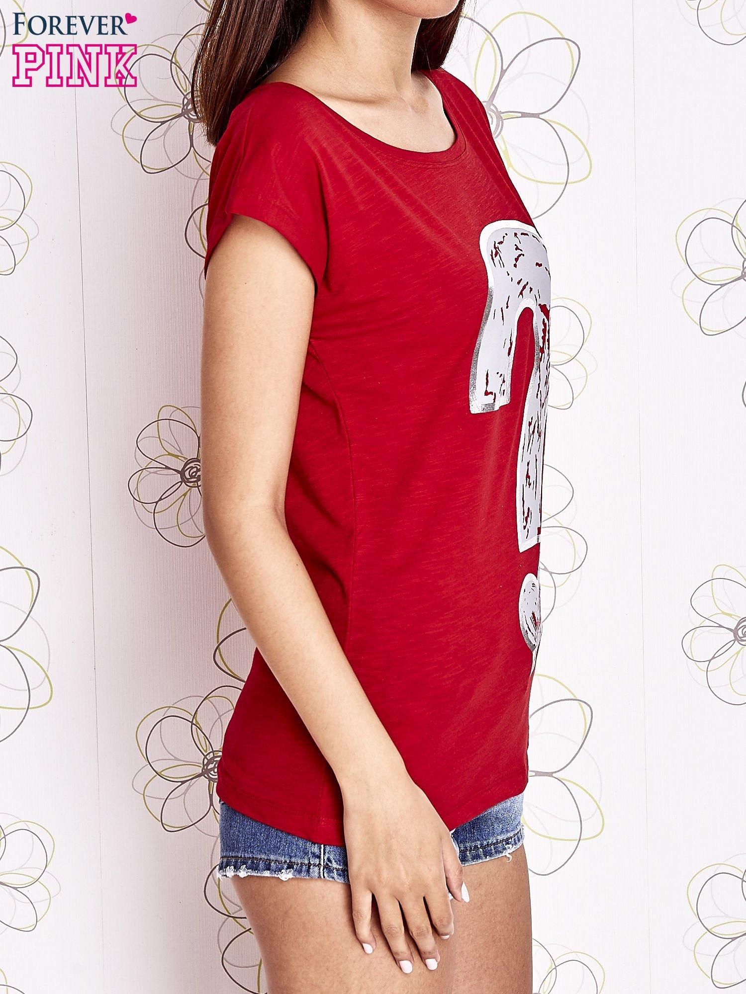 Czerwony t-shirt z nadrukiem znaku zapytania                                  zdj.                                  3
