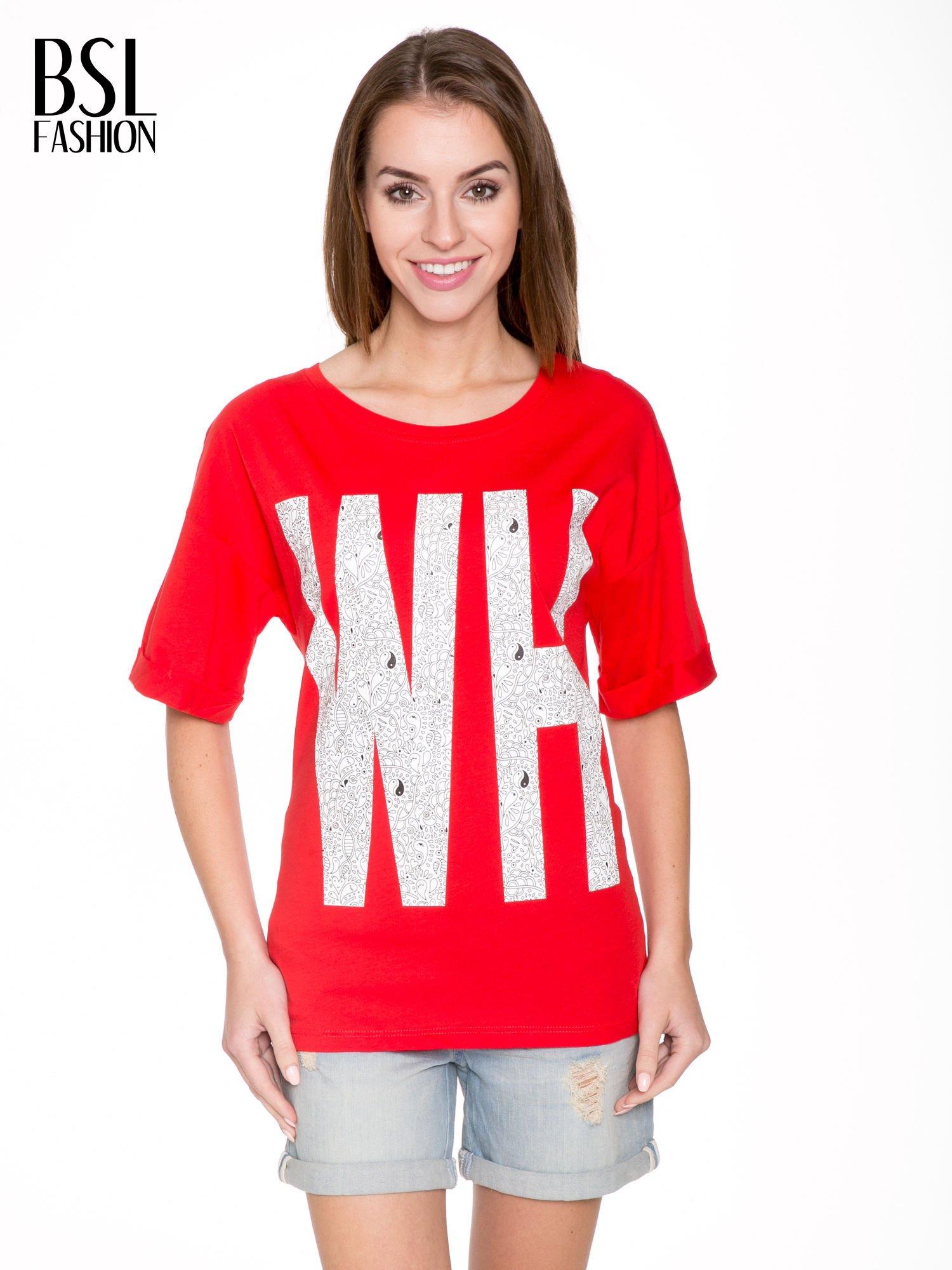 Czerwony t-shirt z nadukiem WHY? z przodu i na plecach                                  zdj.                                  1