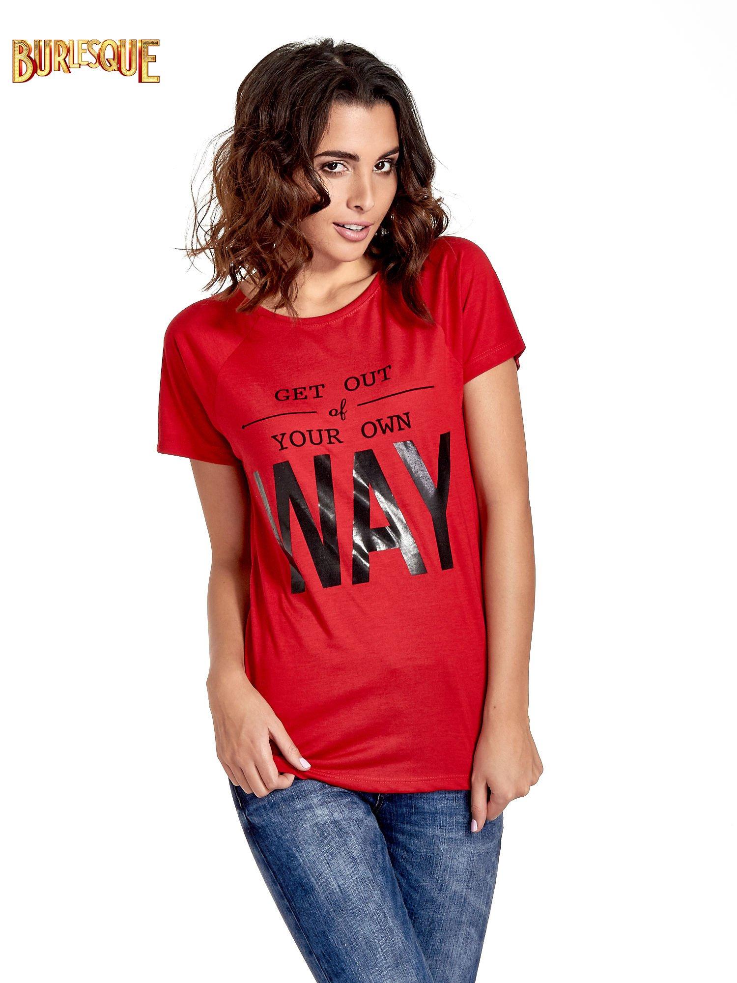 Czerwony t-shirt z napisem GET OUT OF YOUR OWN WAY                                  zdj.                                  1
