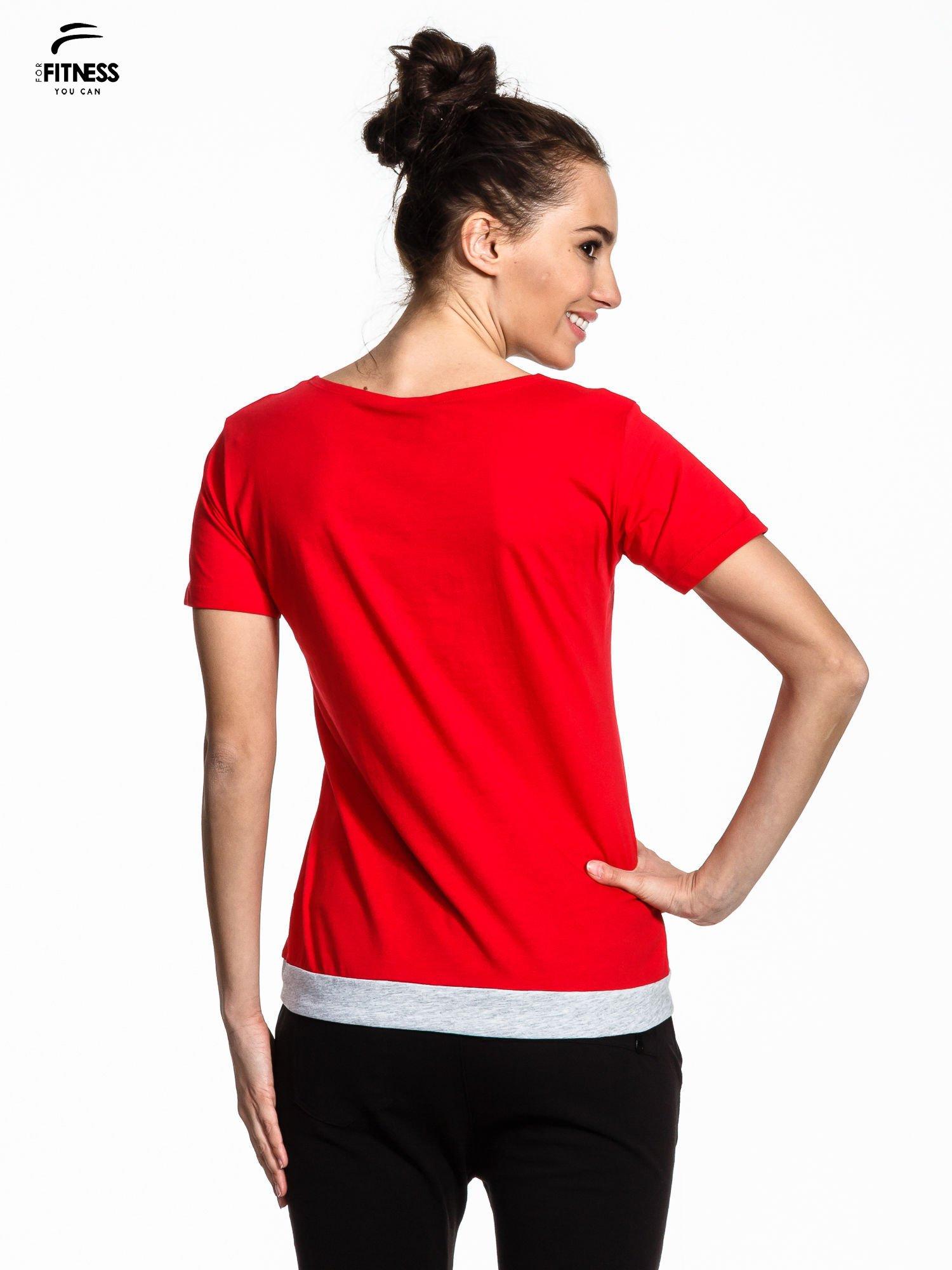 Czerwony t-shirt z napisem GO FITNESS                                  zdj.                                  3