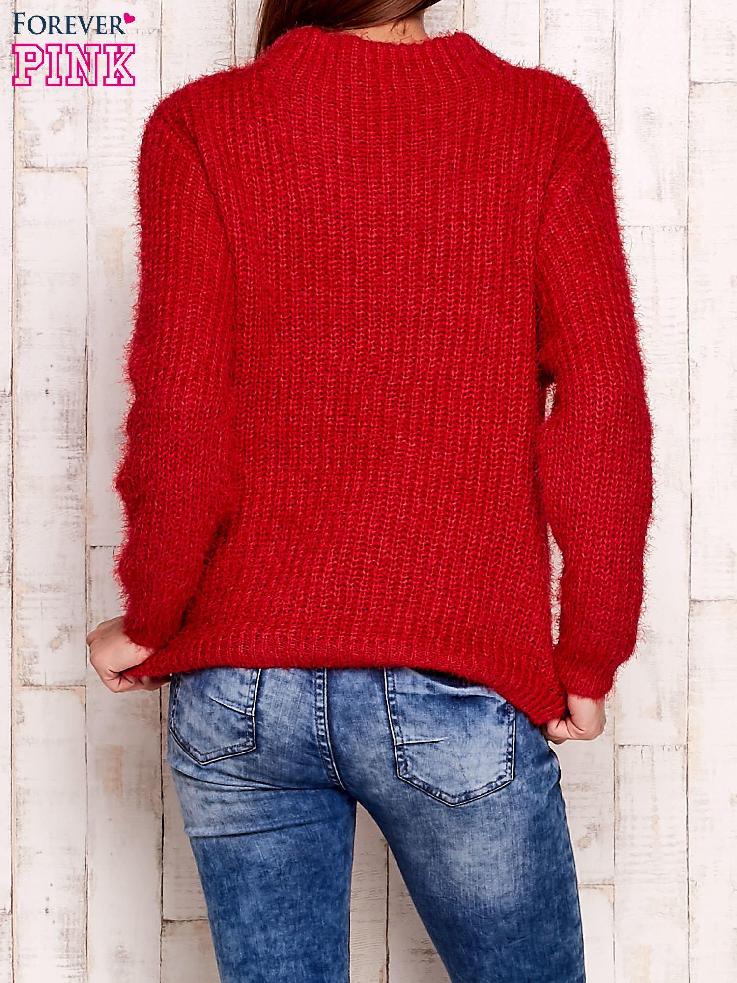 Czerwony włochaty sweter z półgolfem                                  zdj.                                  2