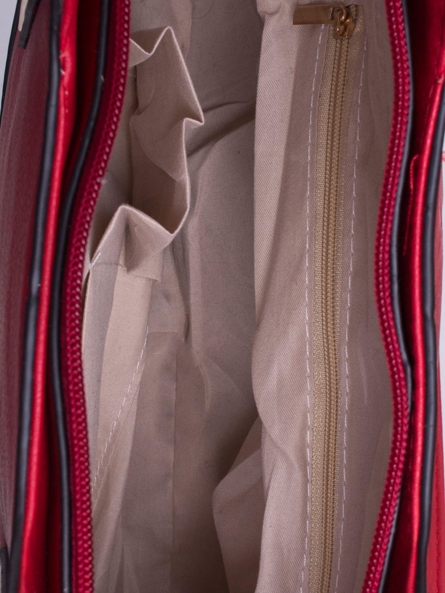 Czewona pozioma torba ze złotymi detalami                                  zdj.                                  4