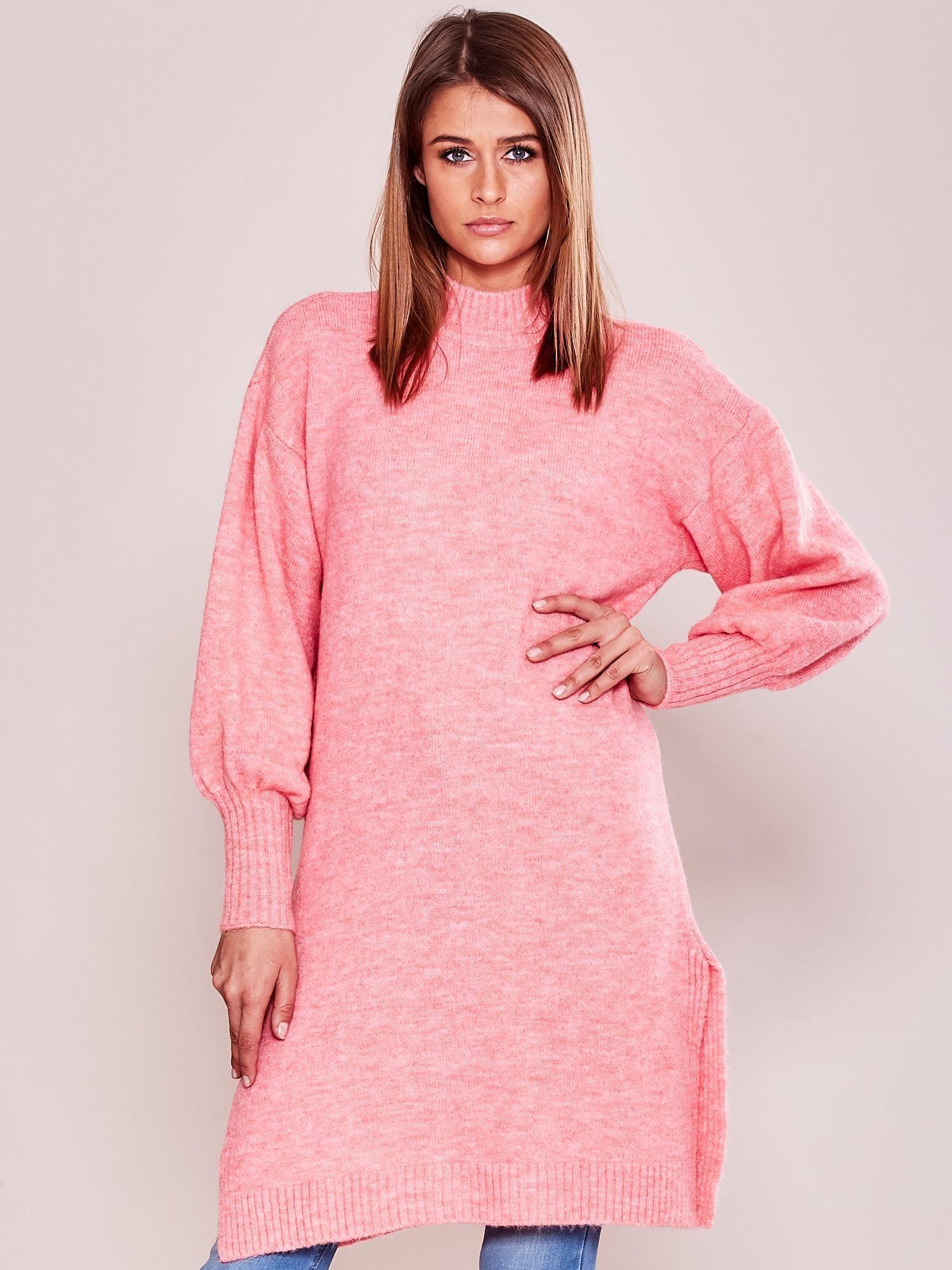 e50feae861a9c4 Długi sweter damski z szerokimi ściągaczami różowy - Sweter z golfem - sklep  eButik.pl