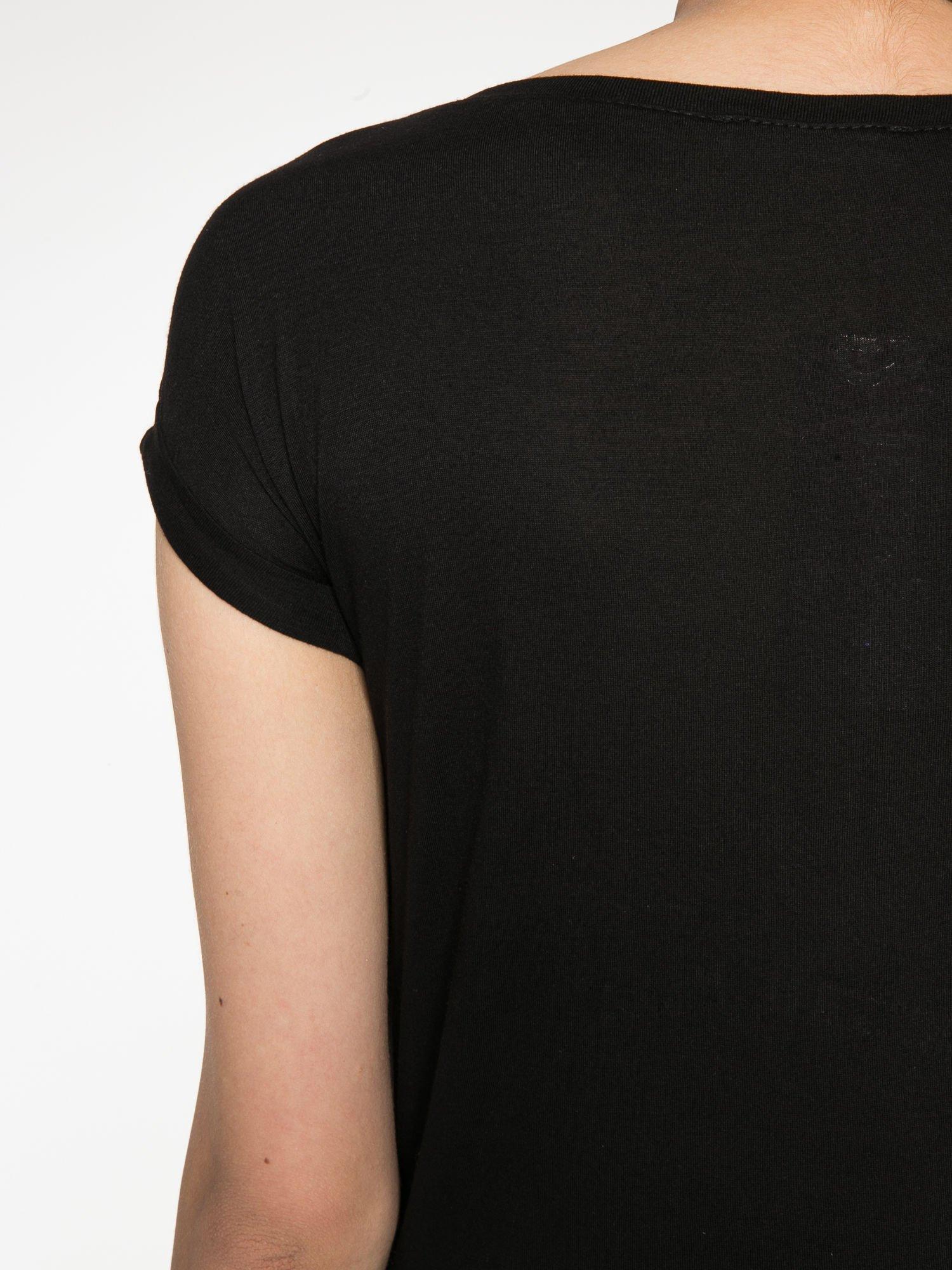 Ecru-czarny t-shirt z nadrukiem piórek zdobionych dżetami                                  zdj.                                  11