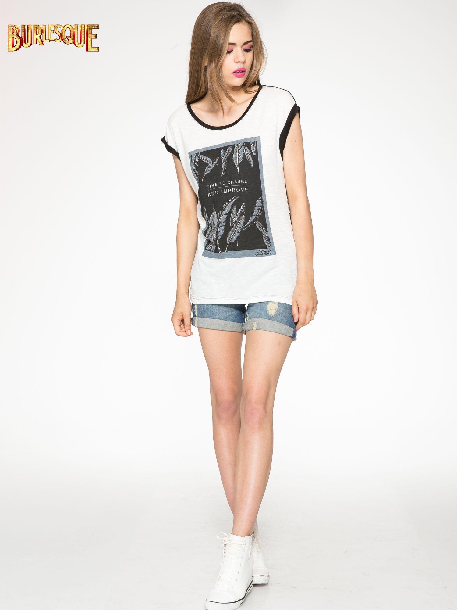Ecru-czarny t-shirt z nadrukiem piórek zdobionych dżetami                                  zdj.                                  2
