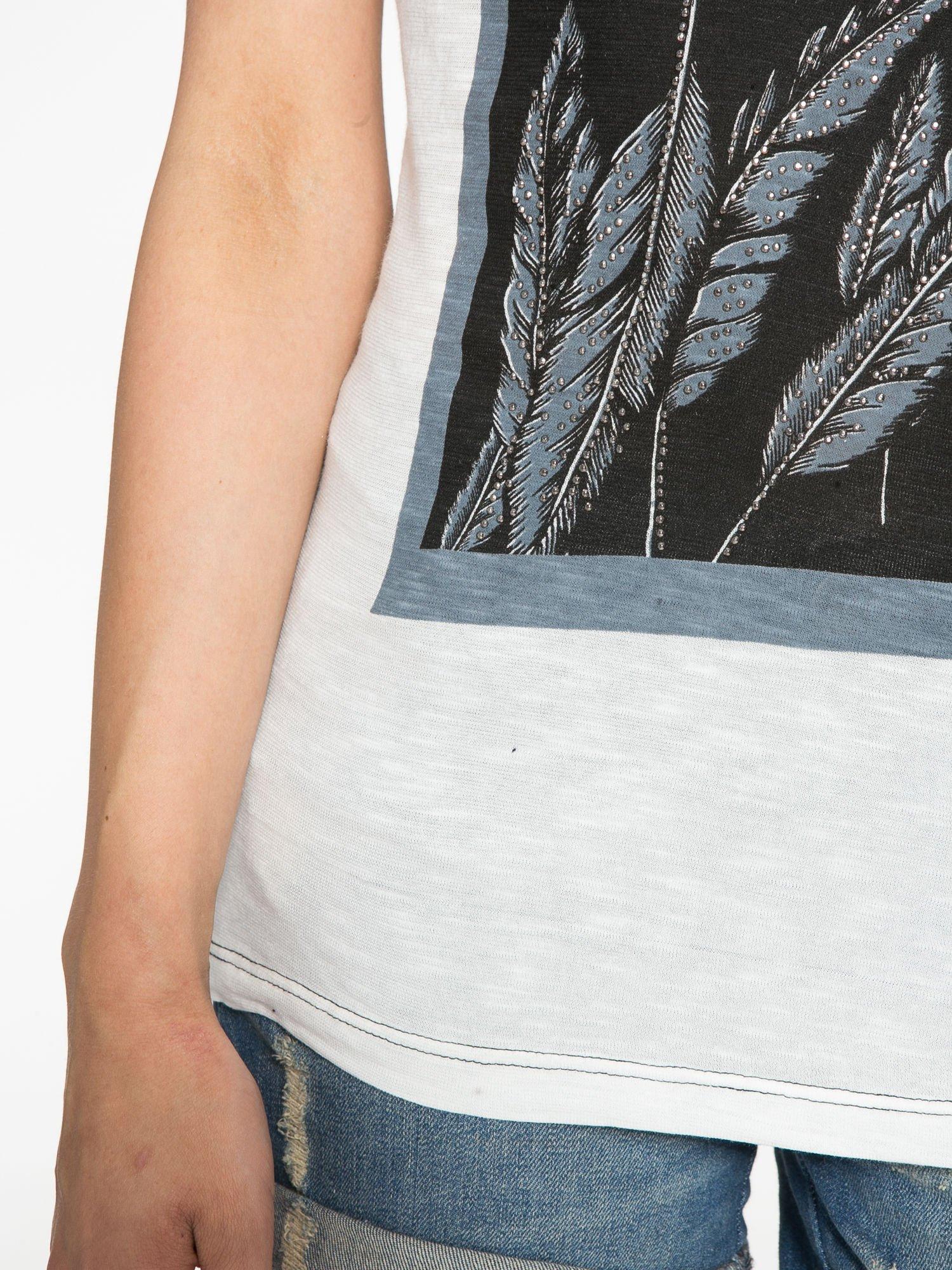Ecru-czarny t-shirt z nadrukiem piórek zdobionych dżetami                                  zdj.                                  5