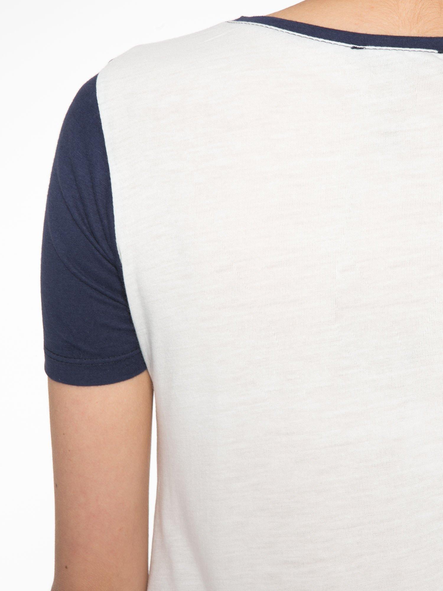 Ecru-granatowy t-shirt z napisem DREAMY VIBES 86 PARIS                                  zdj.                                  9