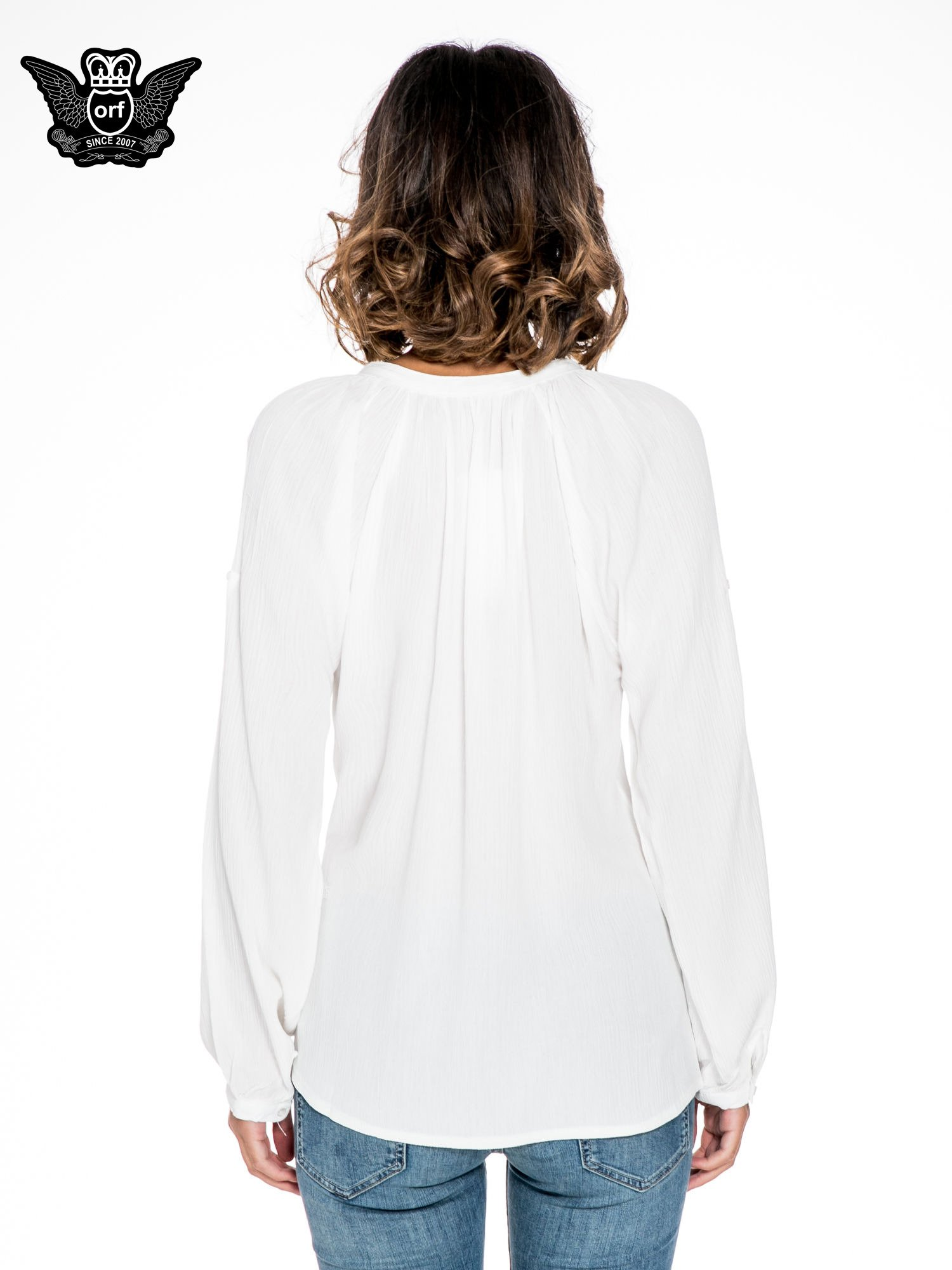 Ecru koszula z marszczonym dekoltem i wzorzystą wstawką w stylu hippie                                  zdj.                                  2