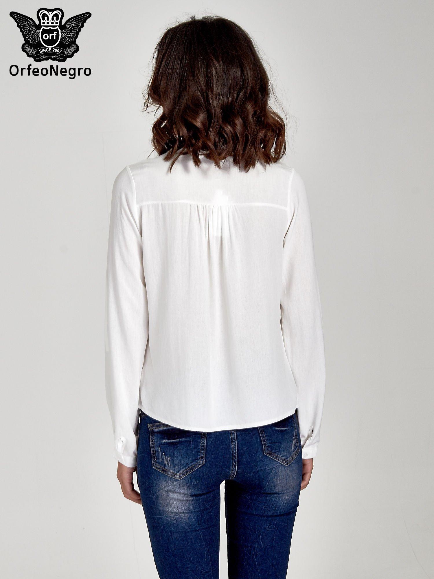 Ecru koszula ze wzorzystą wstawką w stylu etno                                  zdj.                                  4