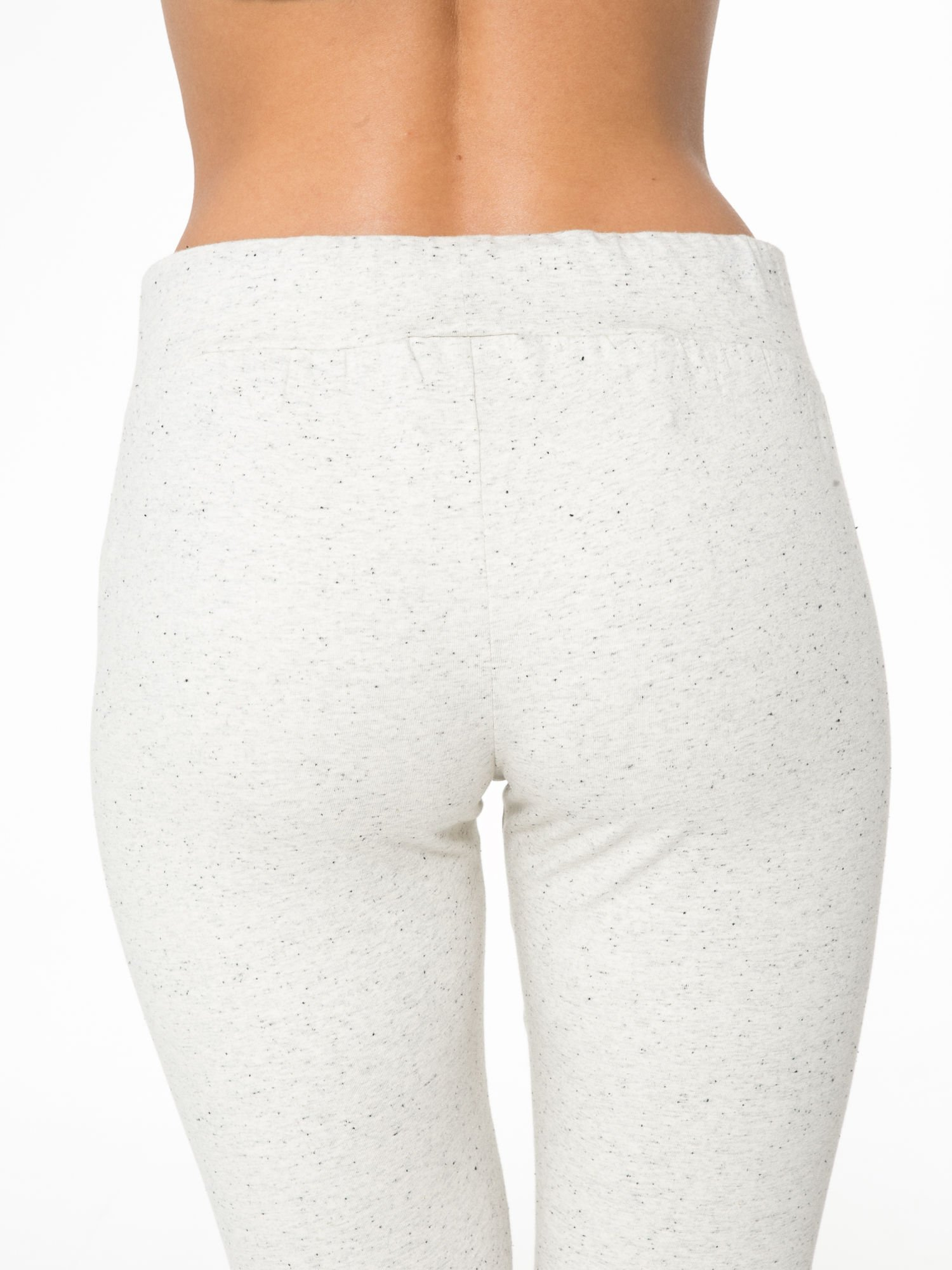 Ecru melanżowe spodnie dresowe z kieszeniami na zamek                                  zdj.                                  8