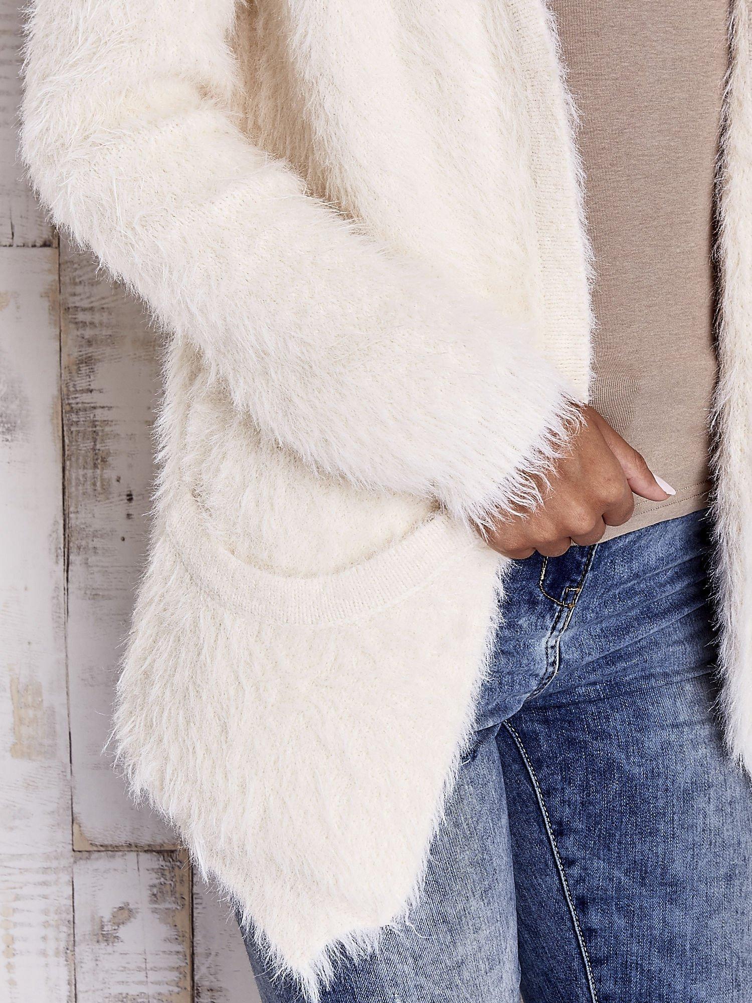Ecru puszysty sweter z bocznymi kieszeniami                                  zdj.                                  6