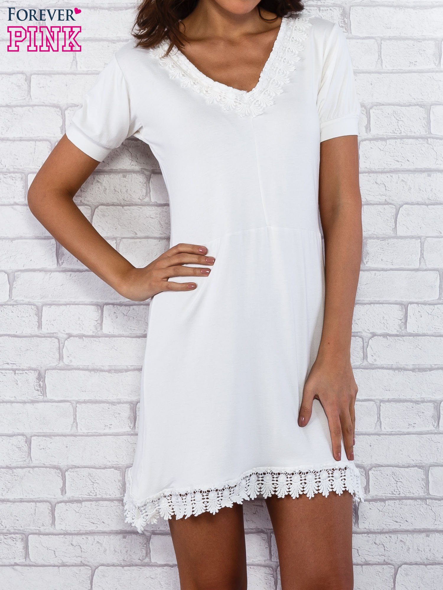 Ecru sukienka z koronkowym wykończeniem                                  zdj.                                  3