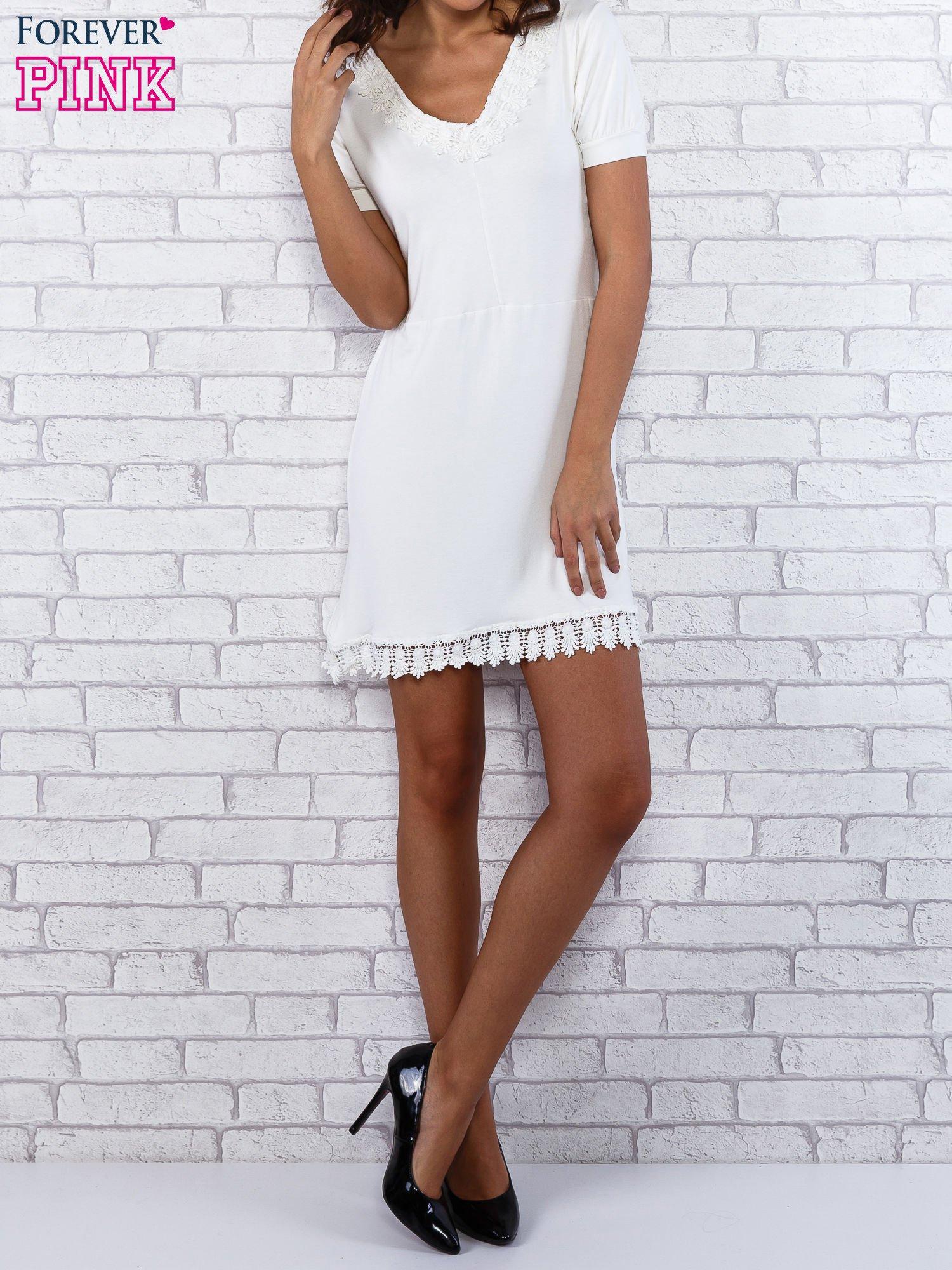Ecru sukienka z koronkowym wykończeniem                                  zdj.                                  1
