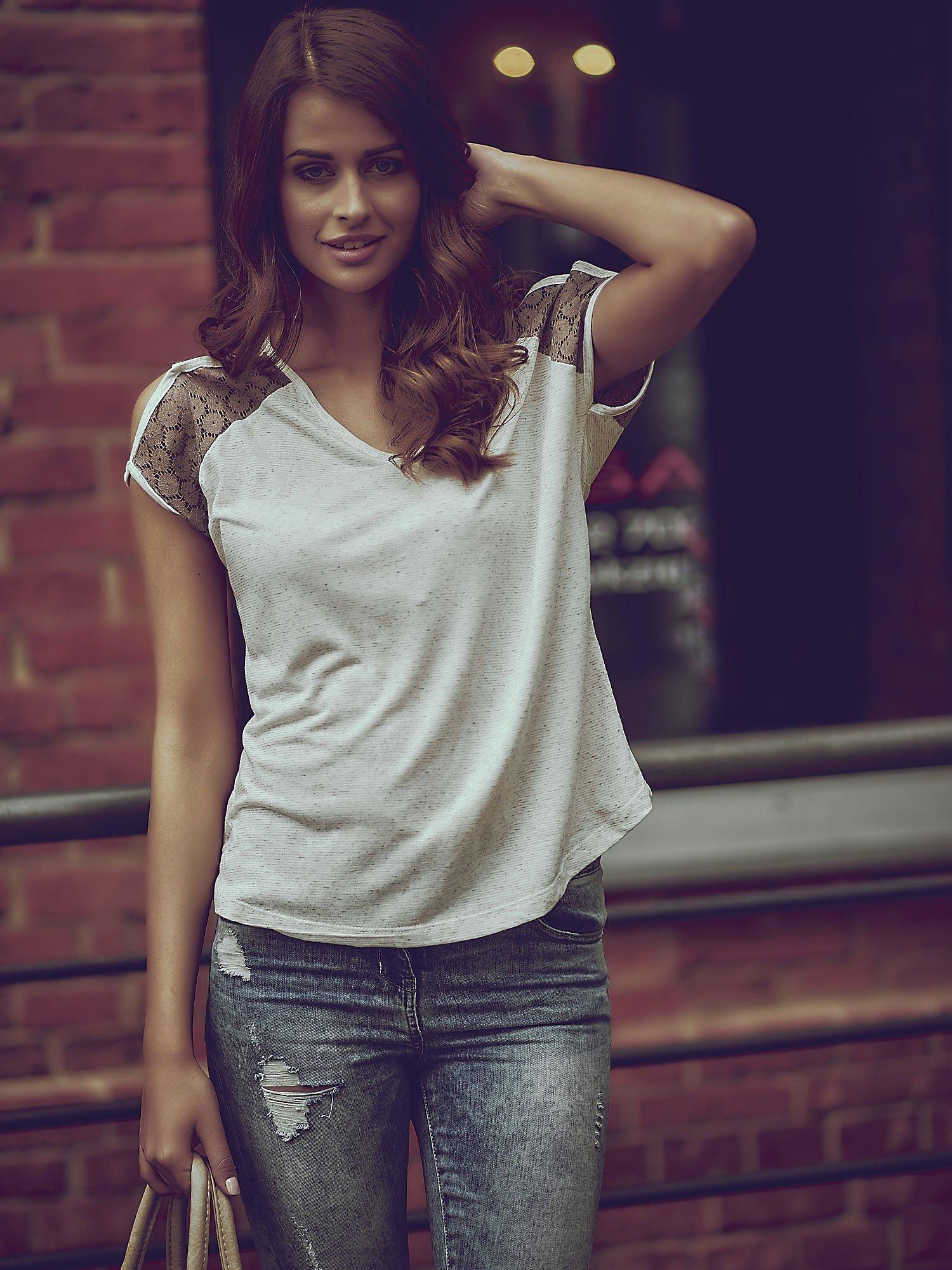 Ecru t-shirt z ażurowymi rękawami cut out shoulder                                  zdj.                                  1