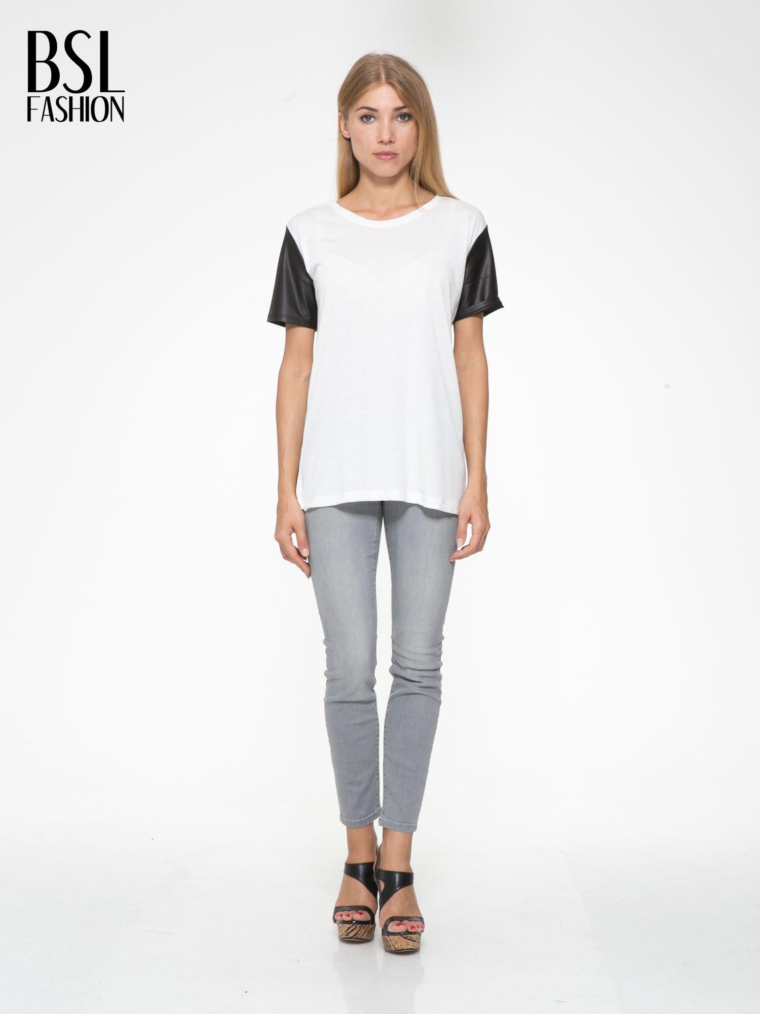 Ecru t-shirt z czarnymi skórzanymi rękawami                                  zdj.                                  5