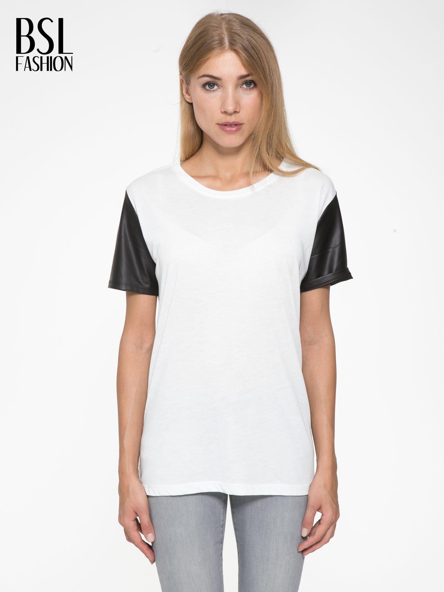 Ecru t-shirt z czarnymi skórzanymi rękawami                                  zdj.                                  1