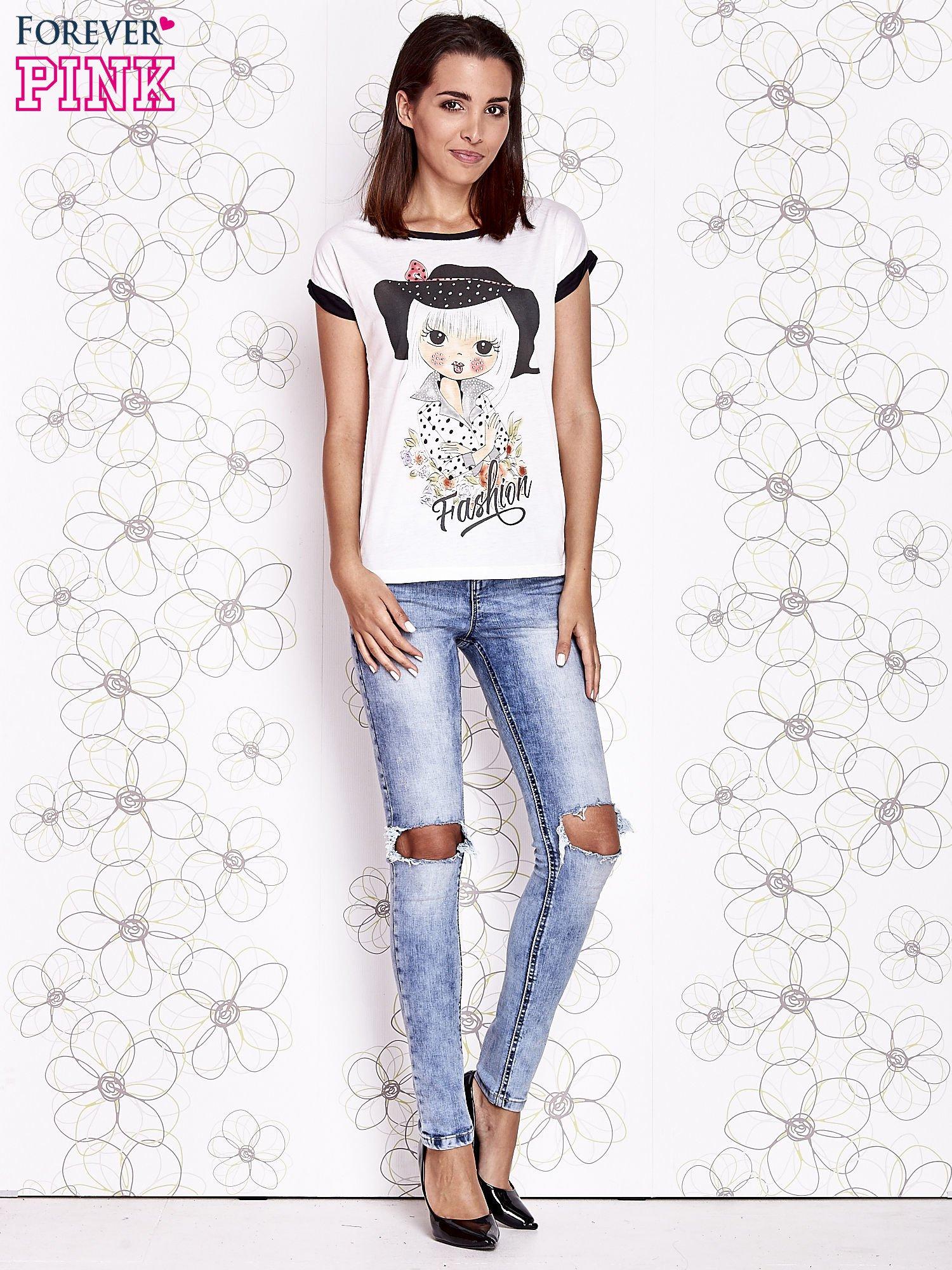 Ecru t-shirt z nadrukiem dziewczyny i dżetami                                  zdj.                                  4