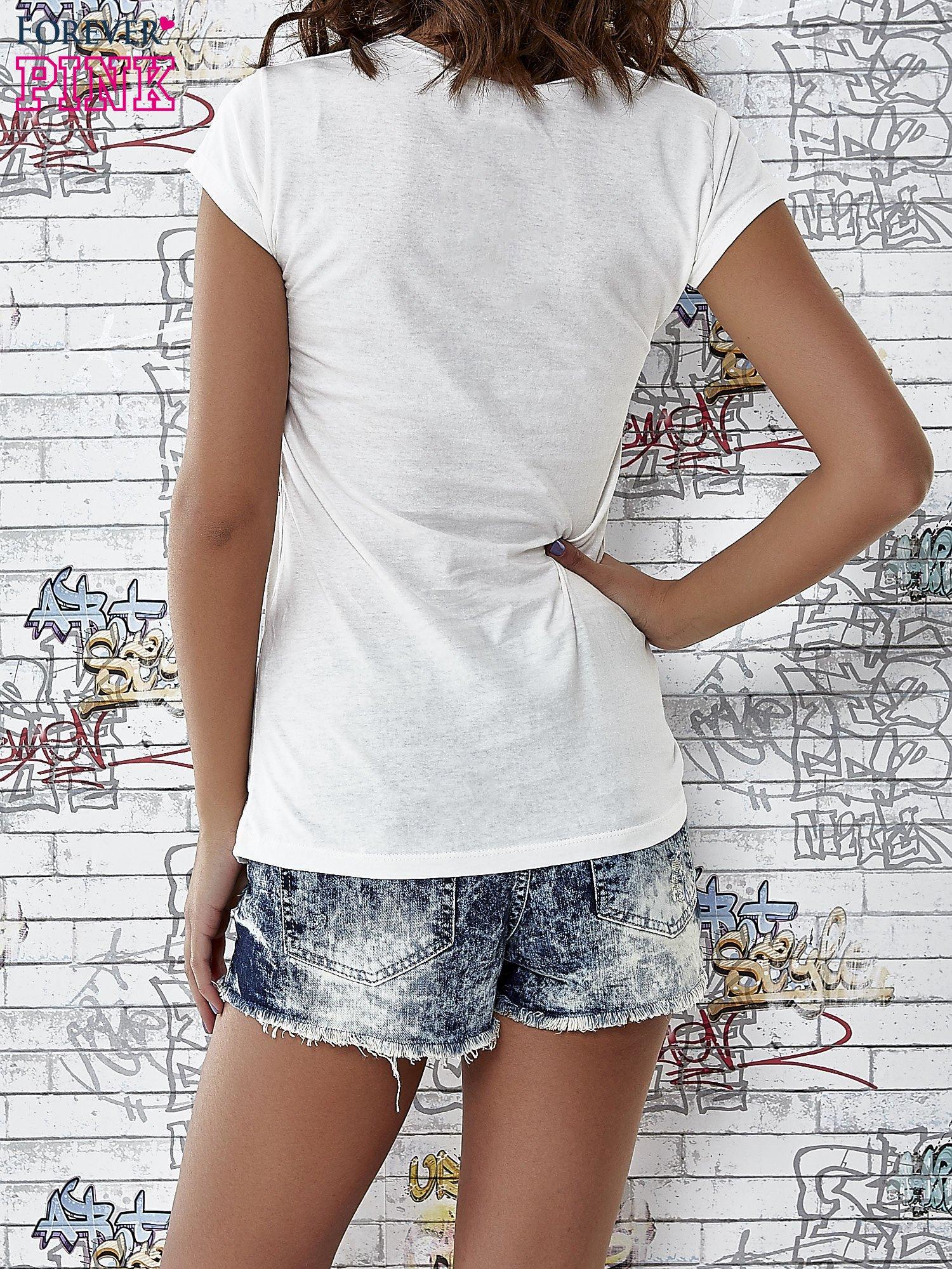 Ecru t-shirt z napisem SHE SAYS BABE YOU LOOK SO COOL XX                                  zdj.                                  2