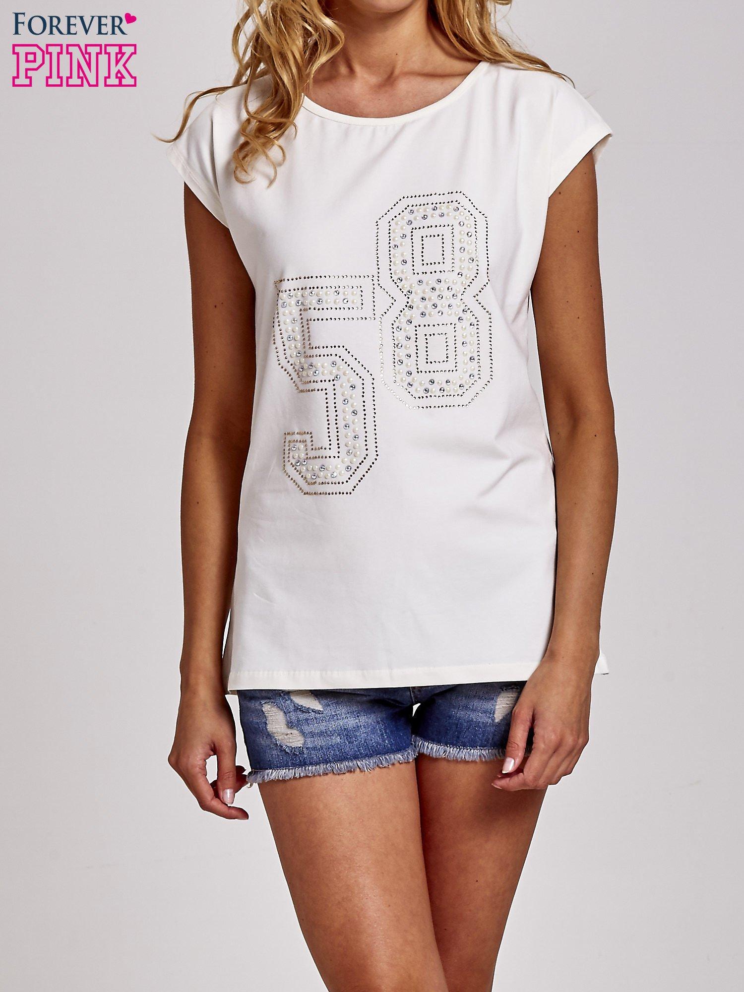 Ecru t-shirt z numerem 58 z dżetów                                  zdj.                                  1