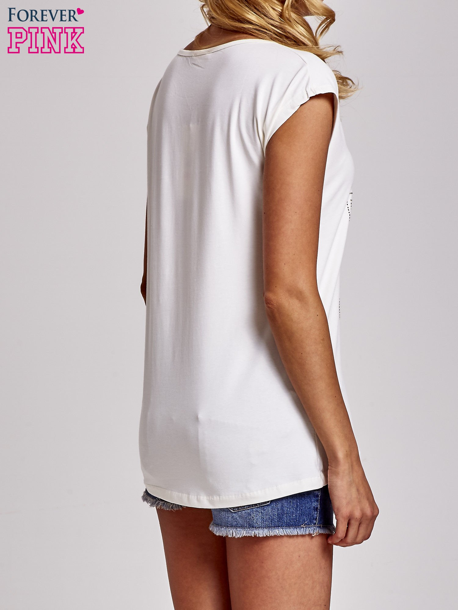 Ecru t-shirt z numerem 58 z dżetów                                  zdj.                                  4