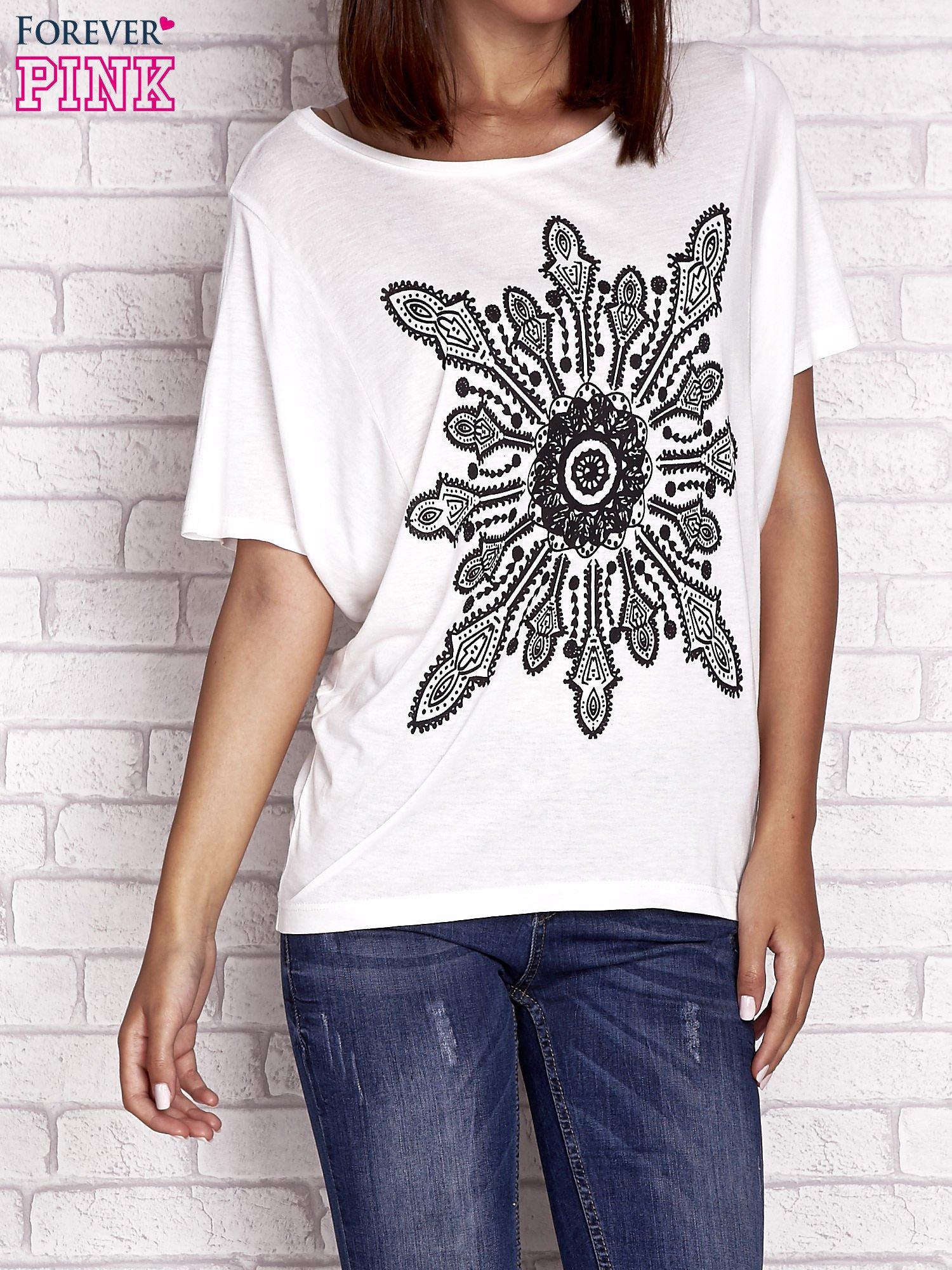 Ecru t-shirt z rękawami typu nietoperz i nadrukiem                                  zdj.                                  1