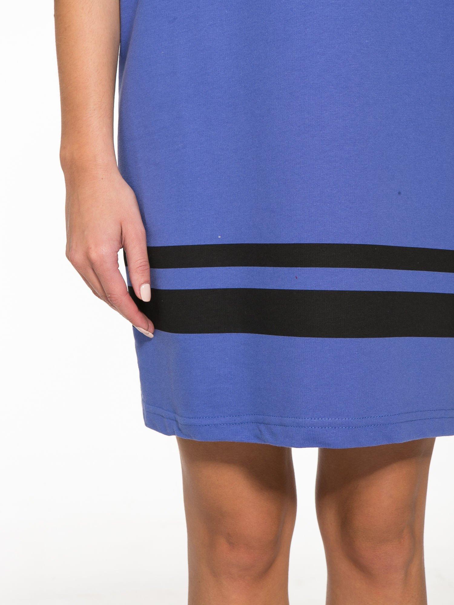 Fioletowa sukienka z napisem NOIR w stylu sportowym                                  zdj.                                  7