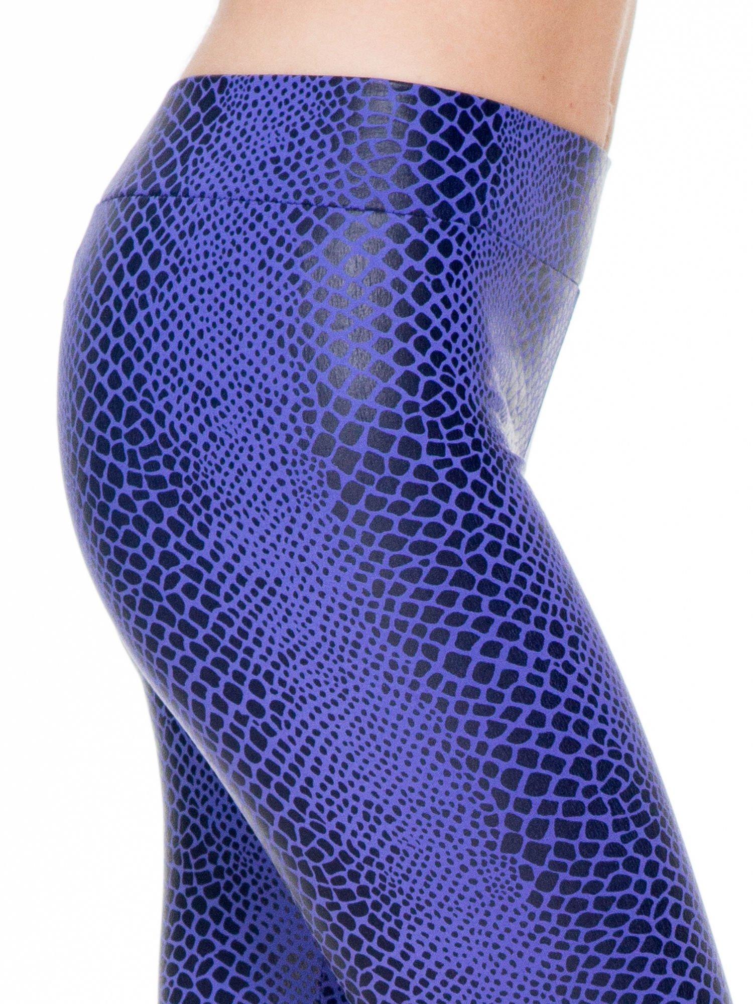 Fioletowe legginsy z efektem skóry krokodyla                                  zdj.                                  5