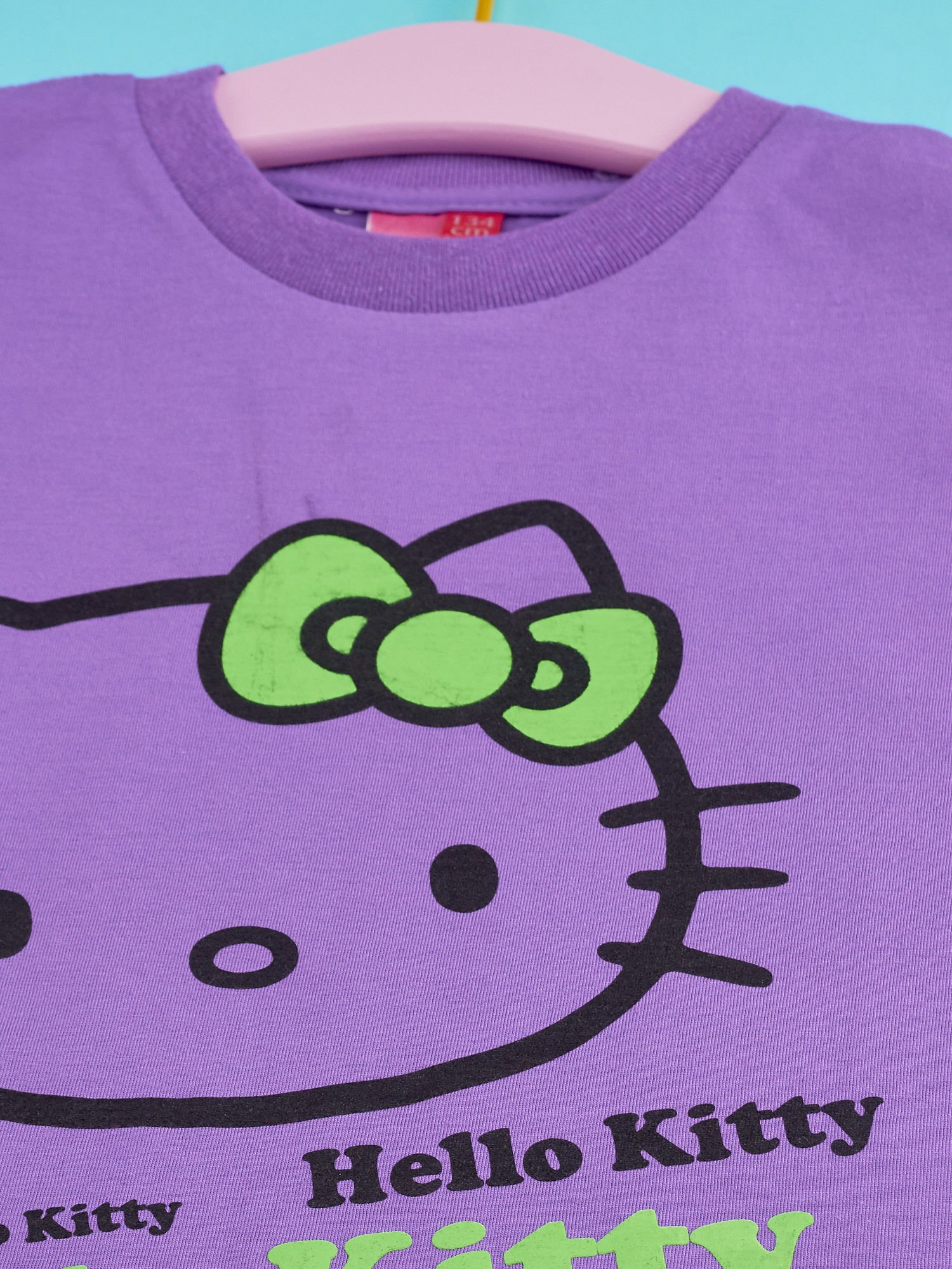 Fioletowy t-shirt dla dziewczynki HELLO KITTY z napisami                                  zdj.                                  3