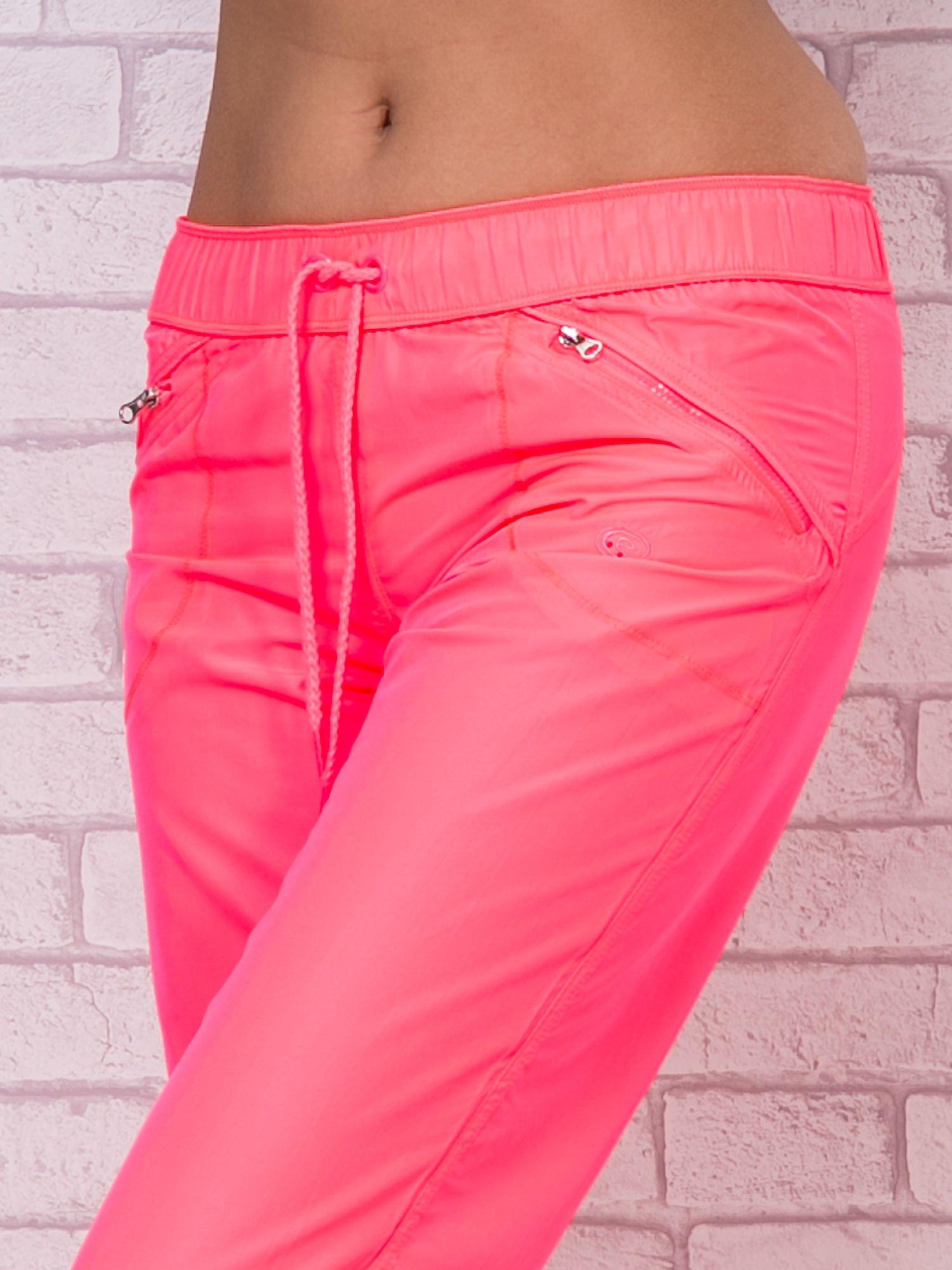 Fluoróżowe spodnie sportowe capri z wiązaniem                                  zdj.                                  4