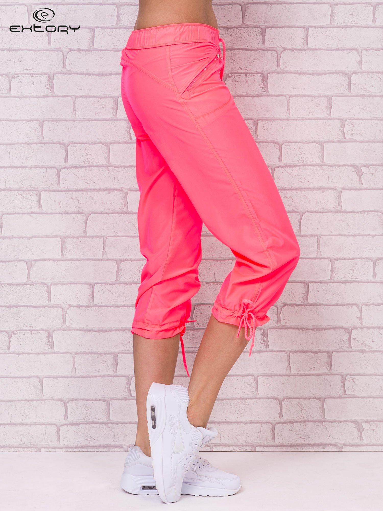 Fluoróżowe spodnie sportowe capri z wiązaniem                                  zdj.                                  3