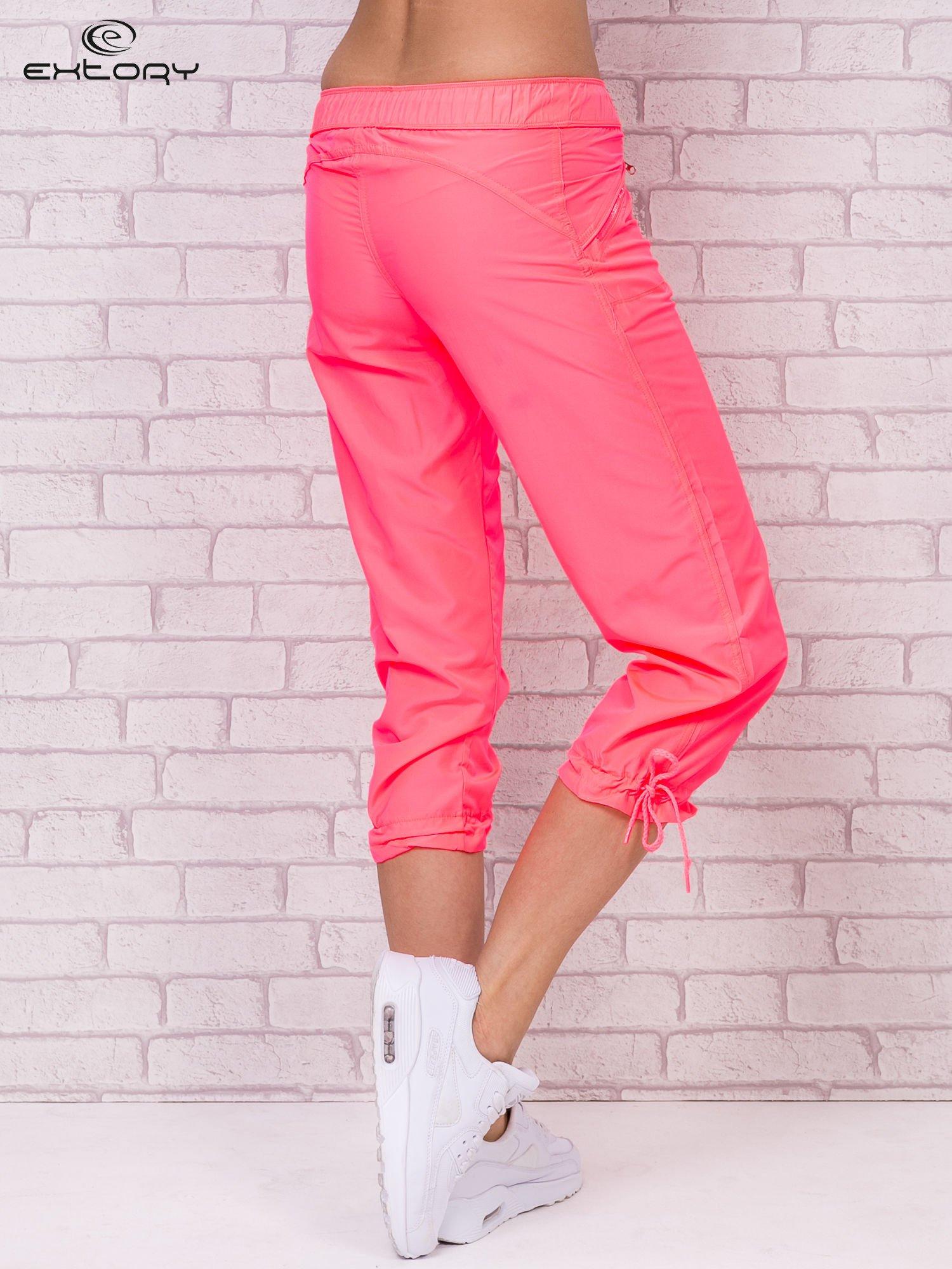 Fluoróżowe spodnie sportowe capri z wiązaniem                                  zdj.                                  2