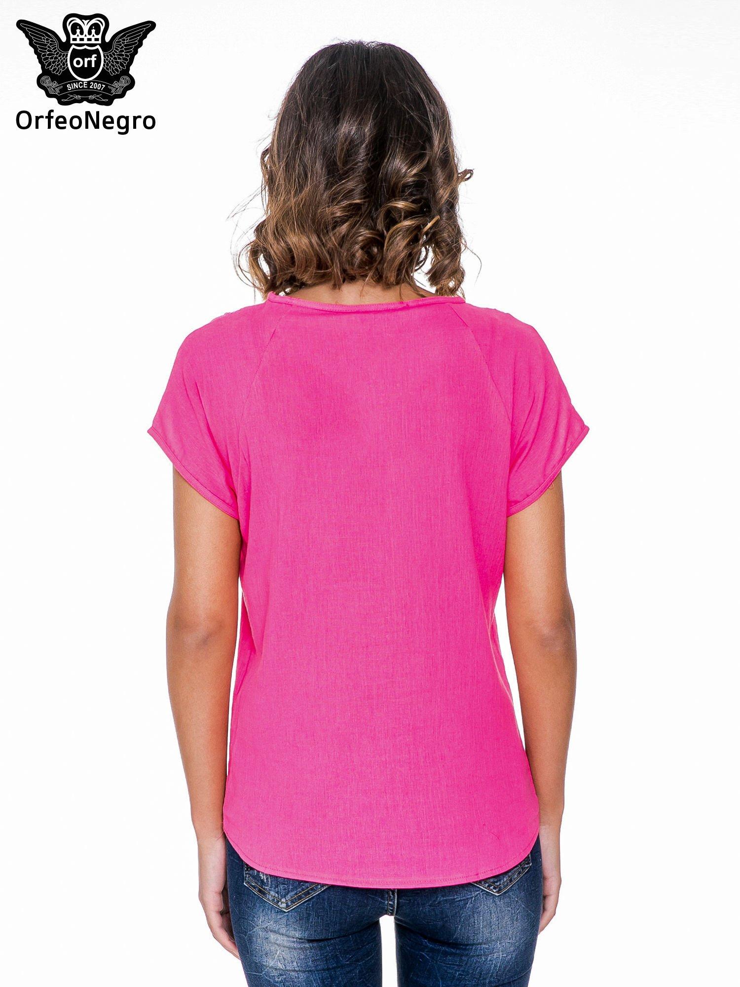 Fuksjowa bluzka koszulowa z haftem i ażurowaniem przy dekolcie                                  zdj.                                  4