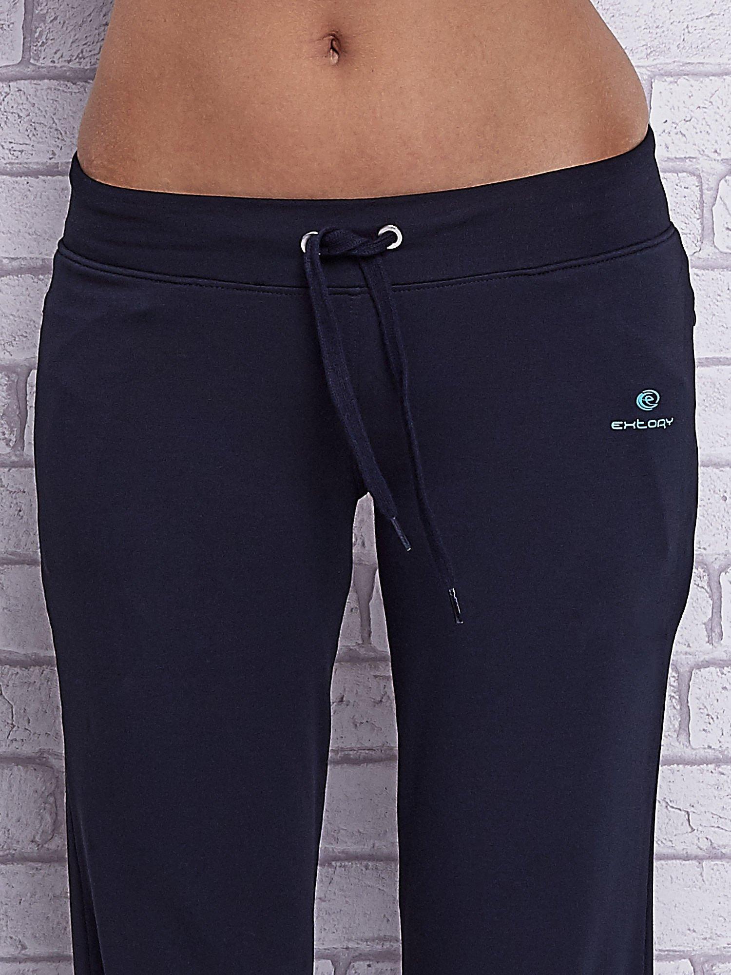 Grafitowe spodnie capri z motywem pasków na nogawkach                                  zdj.                                  4