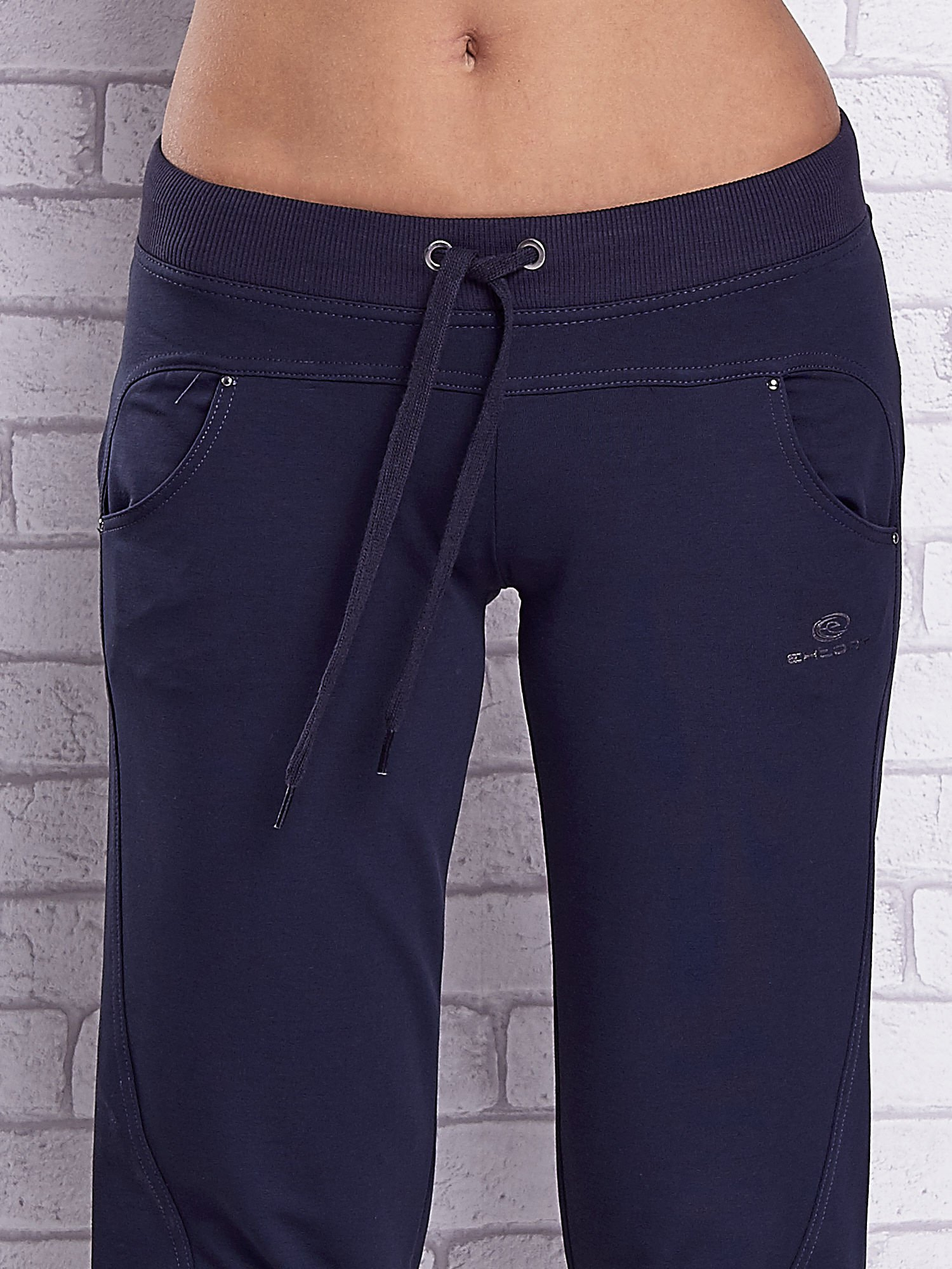 Grafitowe spodnie capri z troczkami w pasie                                  zdj.                                  4
