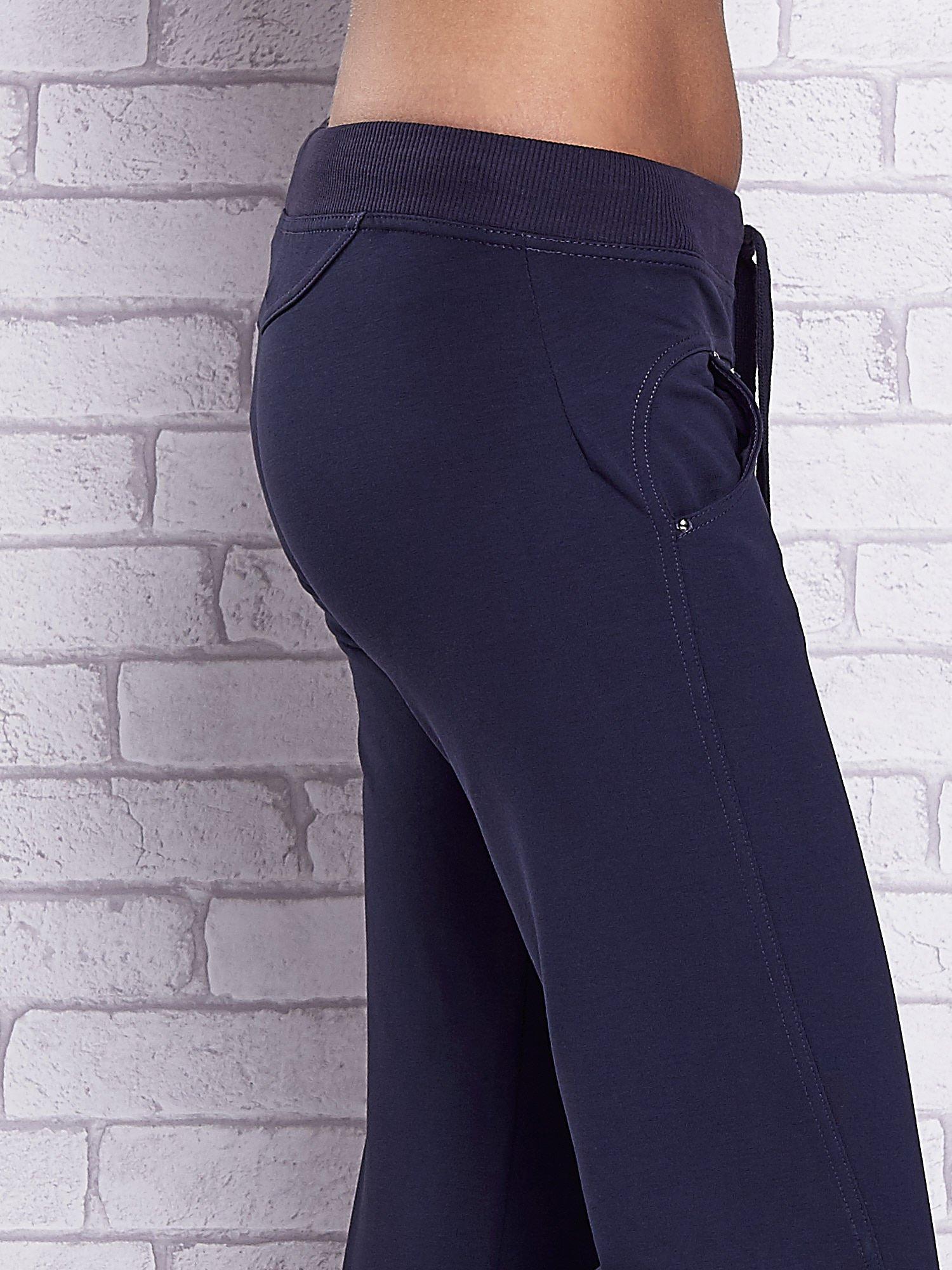 Grafitowe spodnie capri z troczkami w pasie                                  zdj.                                  5