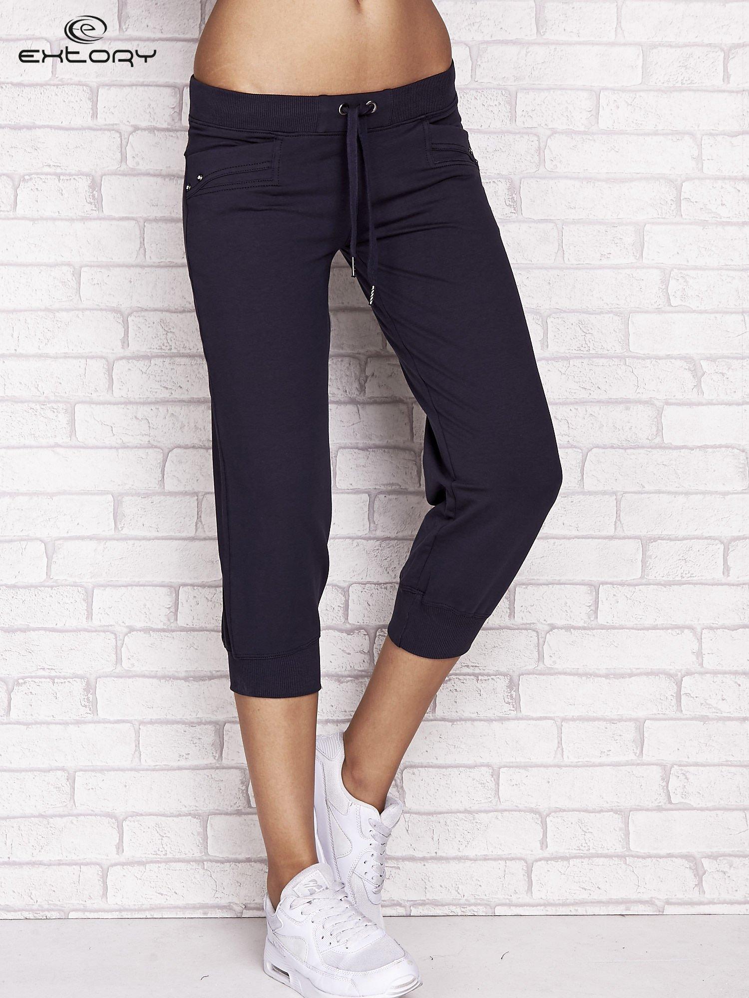 Grafitowe spodnie dresowe capri z dżetami na kieszeniach                                  zdj.                                  1