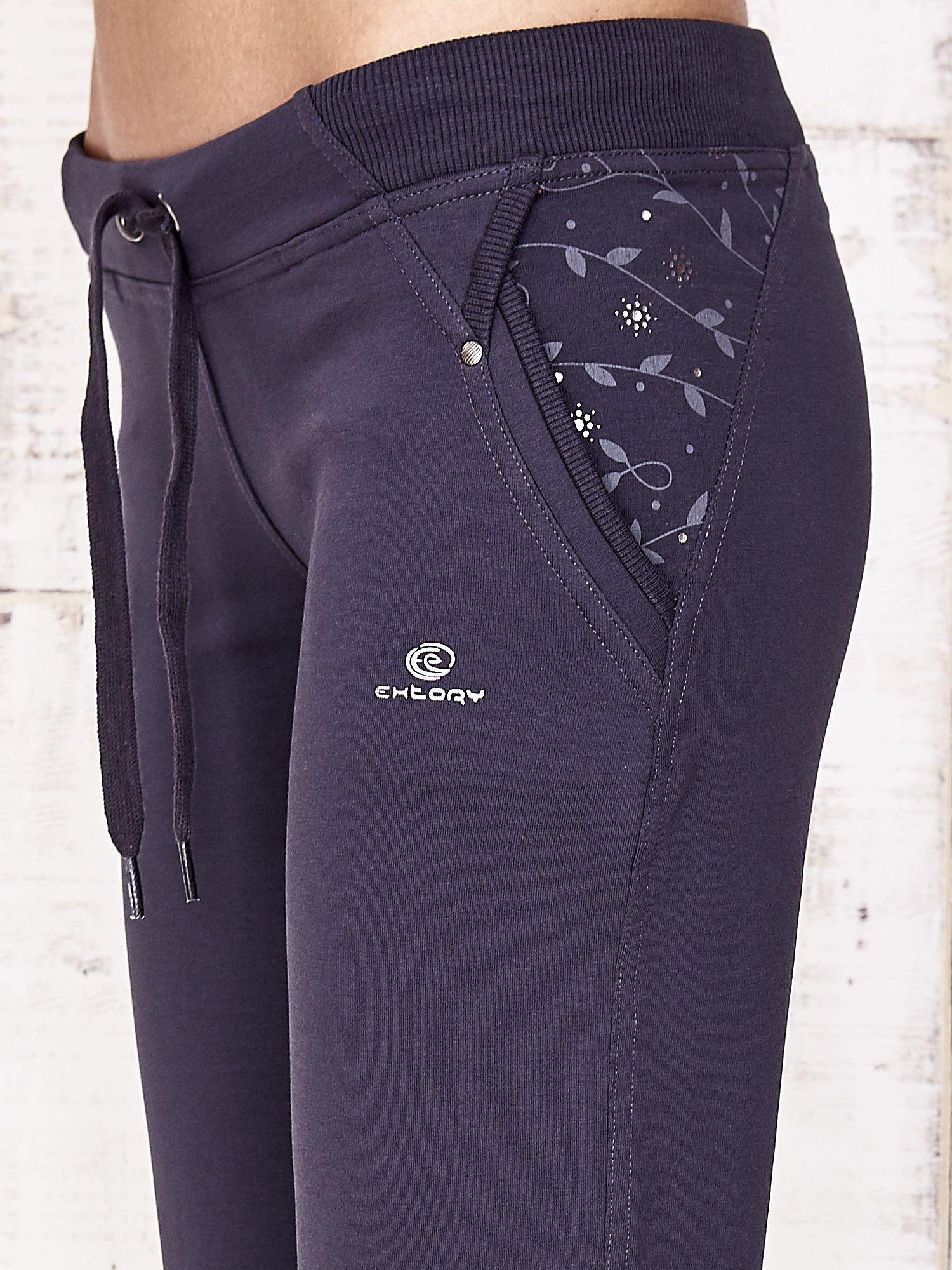 Grafitowe spodnie dresowe capri z kwiatowymi kieszeniami                                  zdj.                                  7