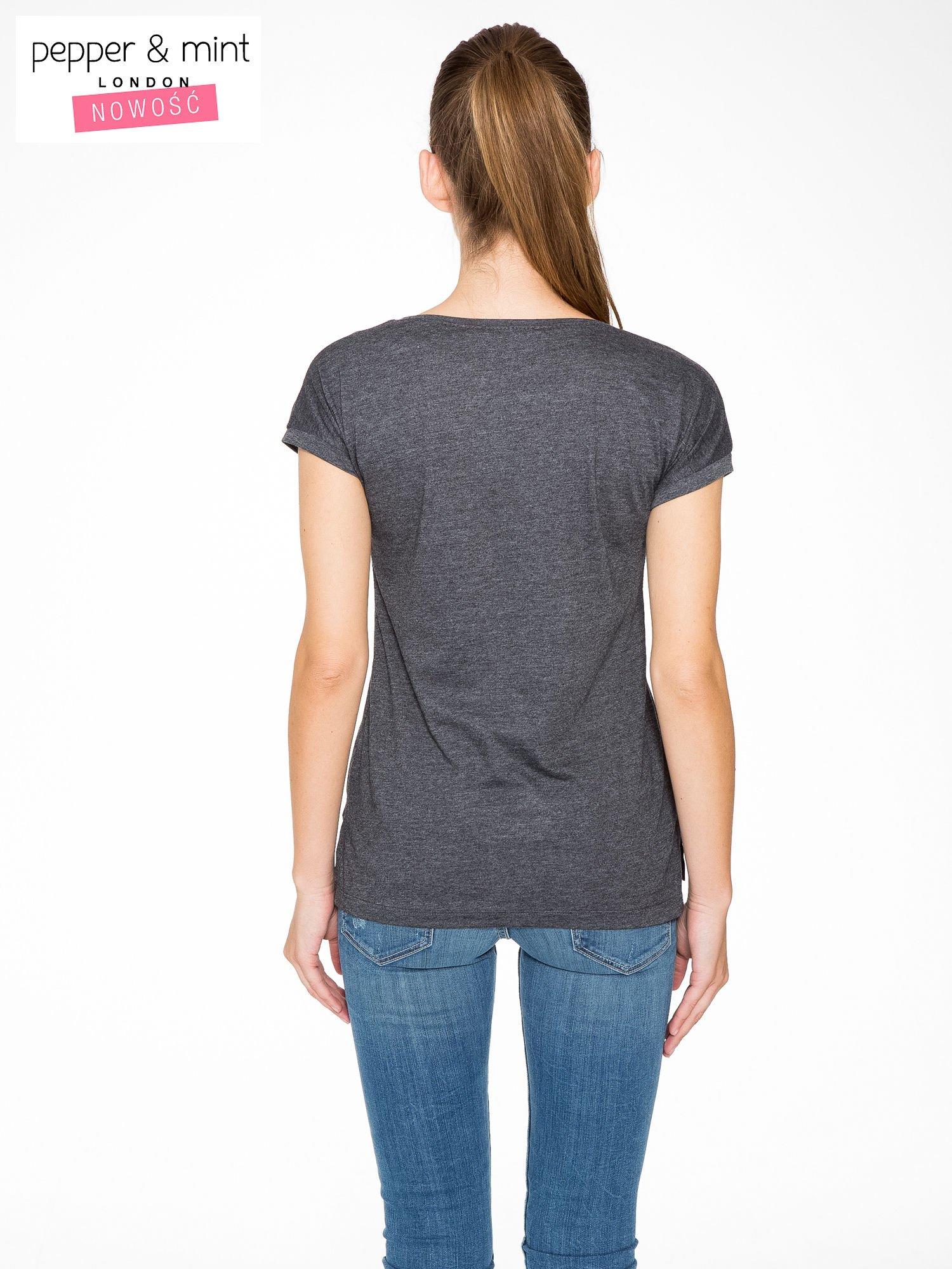 Grafitowy t-shirt z napisem BABE z cekinów                                  zdj.                                  4