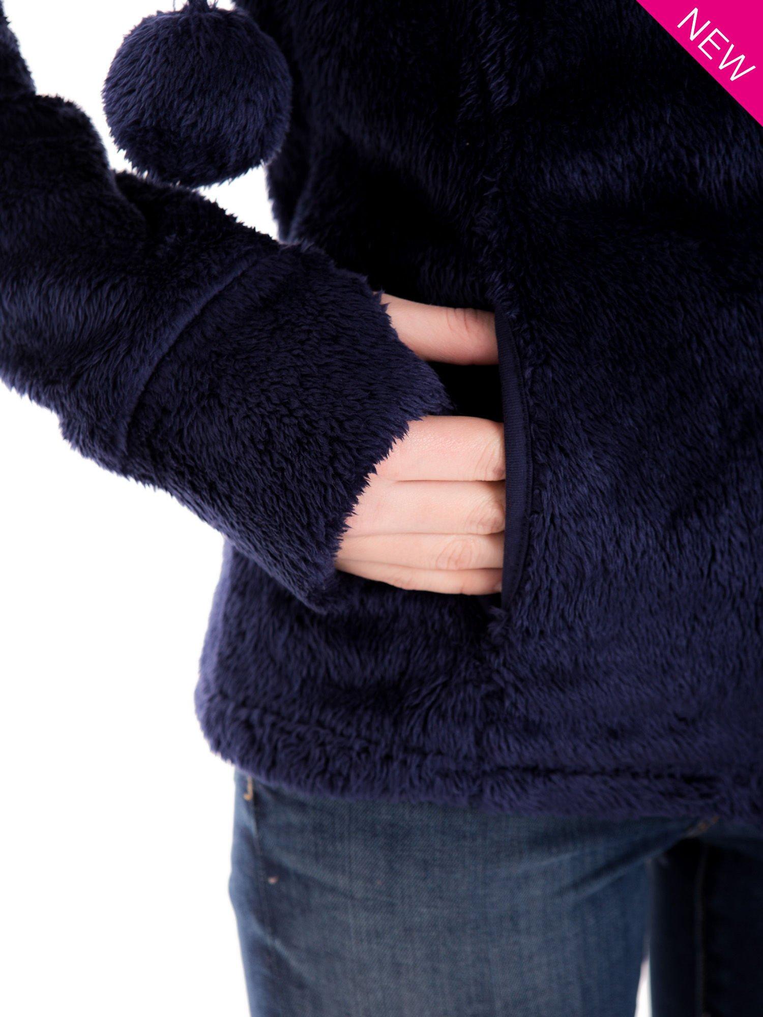 Granatowa bluza polarowa z kapturem z pomponikami                                  zdj.                                  5