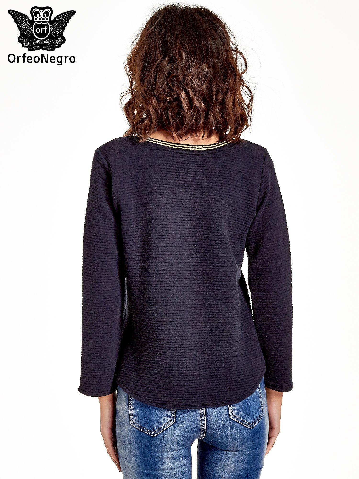 Granatowa bluza w stylu glamour ze złotym nadrukiem i lamówką                                  zdj.                                  4