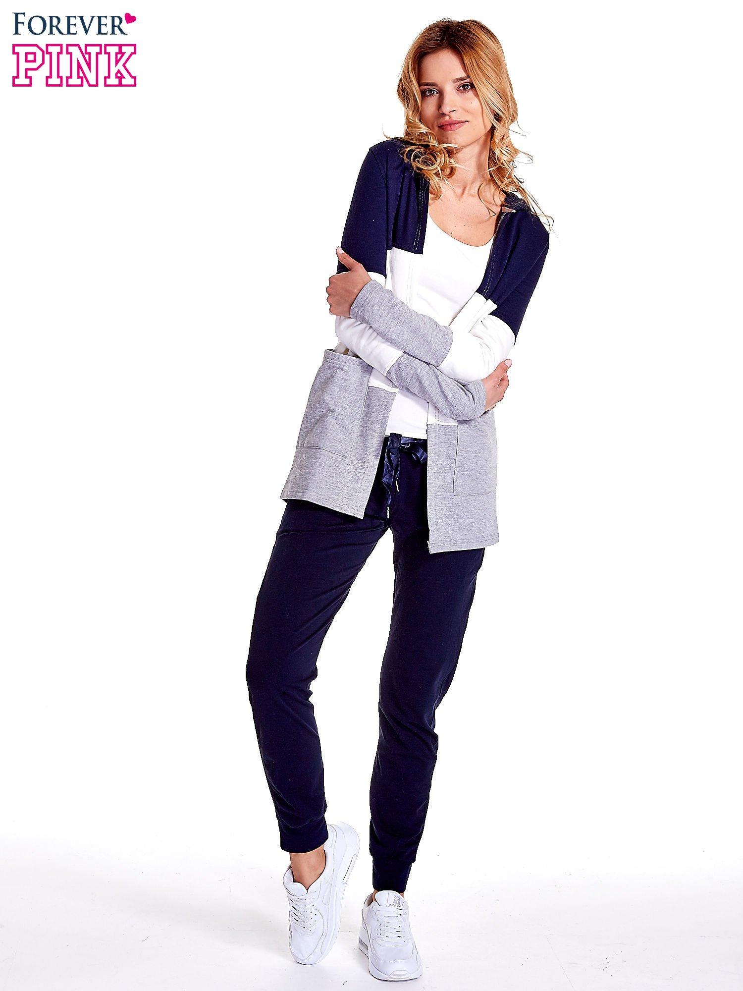 Granatowa bluza w szerokie kolorowe pasy                                  zdj.                                  2