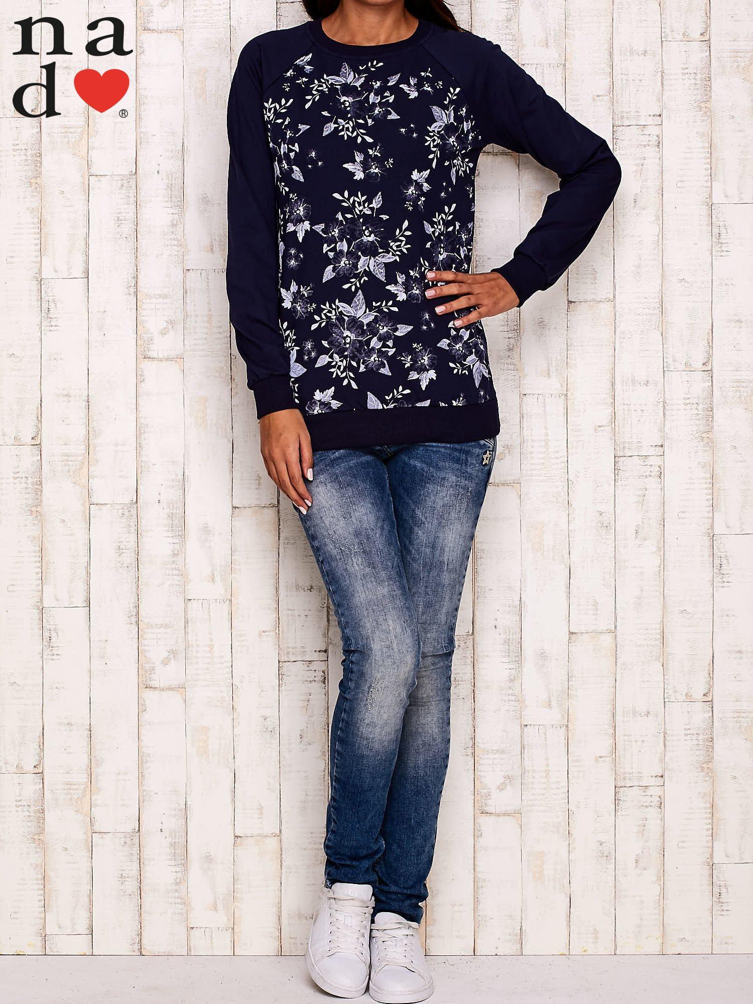 Granatowa bluza z kwiatowym nadrukiem                                  zdj.                                  2