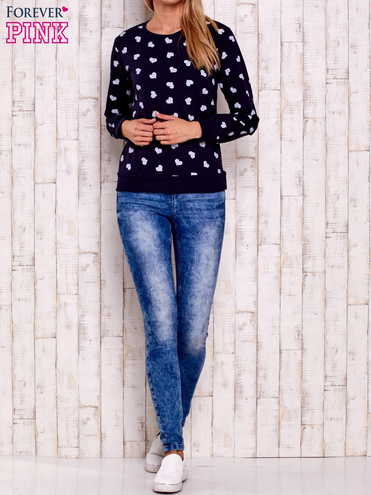 Granatowa bluza z nadrukiem serduszek                                  zdj.                                  2