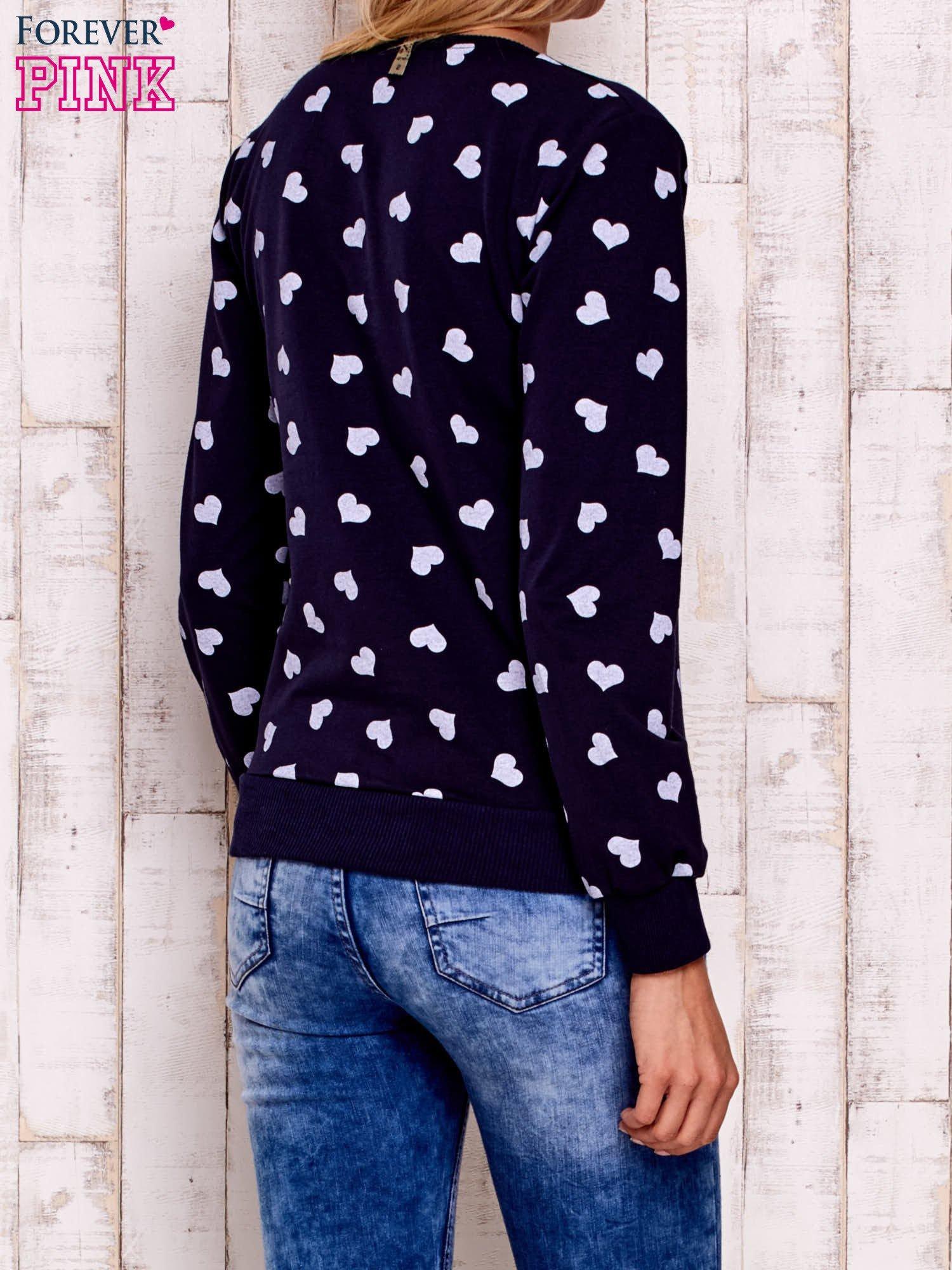 Granatowa bluza z nadrukiem serduszek                                  zdj.                                  5