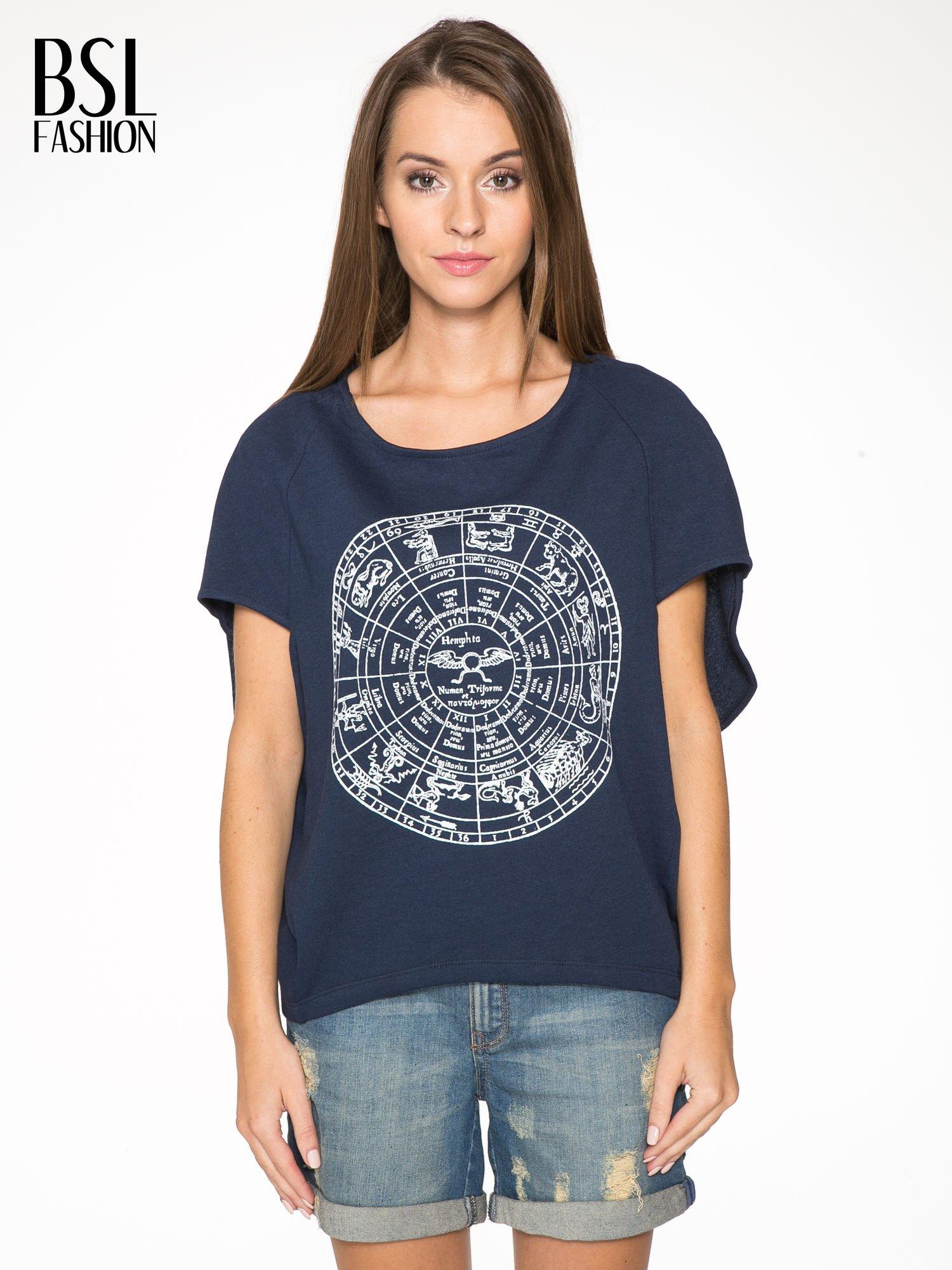 Granatowa bluza z nadrukiem tarczy zodiakalnej i szerokimi rękawami                                  zdj.                                  1