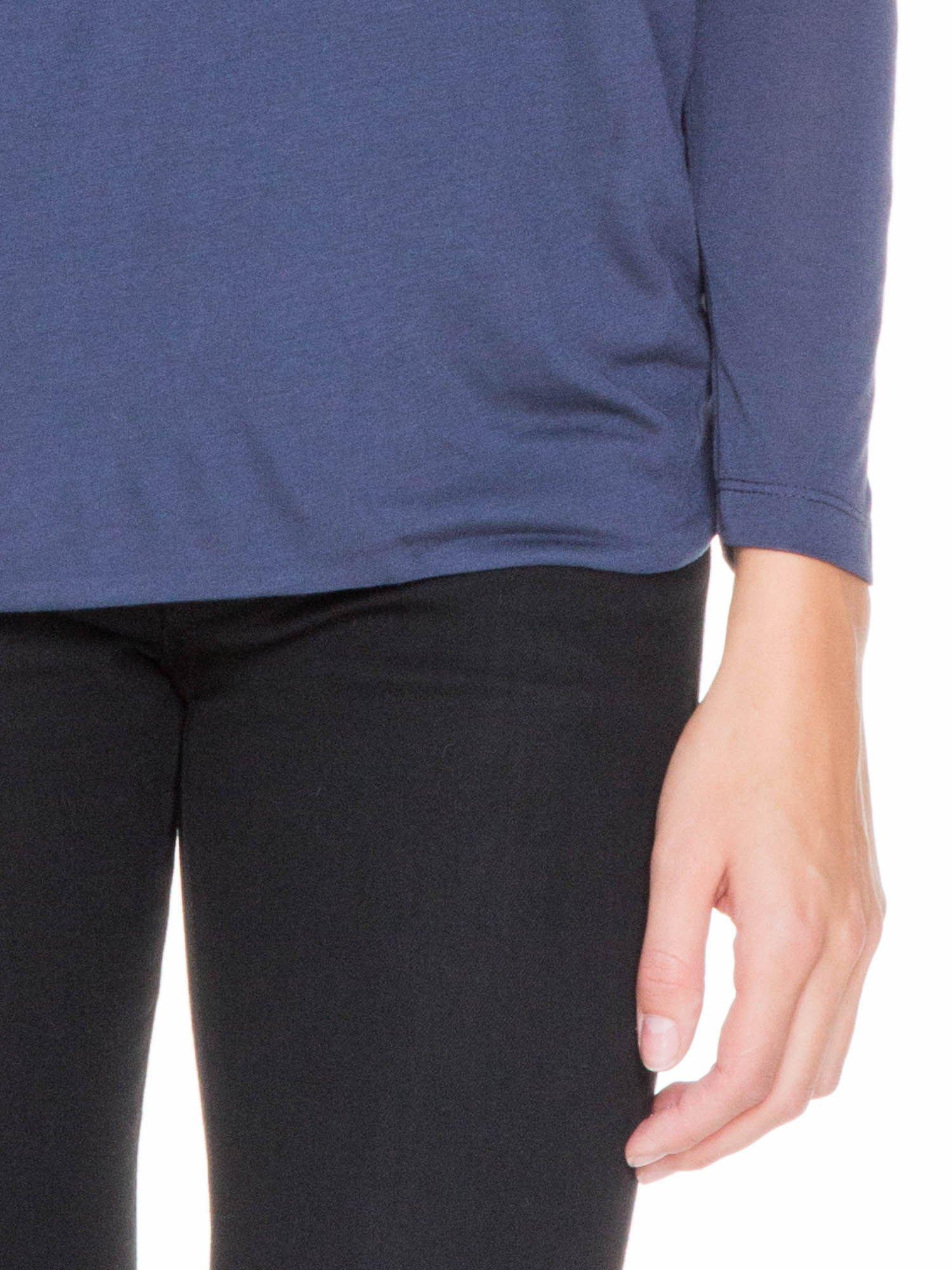Granatowa bluzka z kopertowym dekoltem na plecach                                  zdj.                                  6