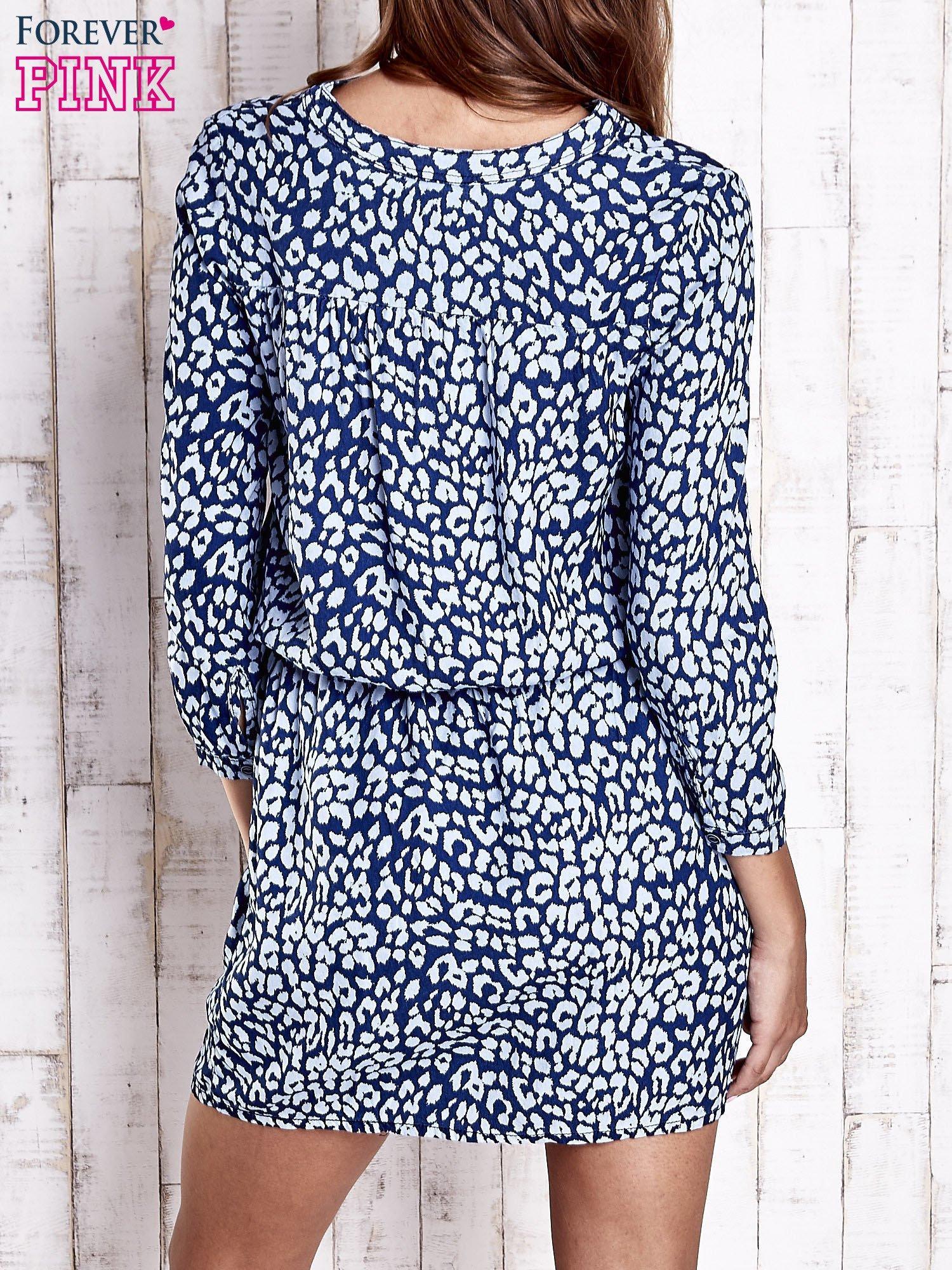 Granatowa denimowa sukienka z graficznym nadrukiem                                  zdj.                                  2