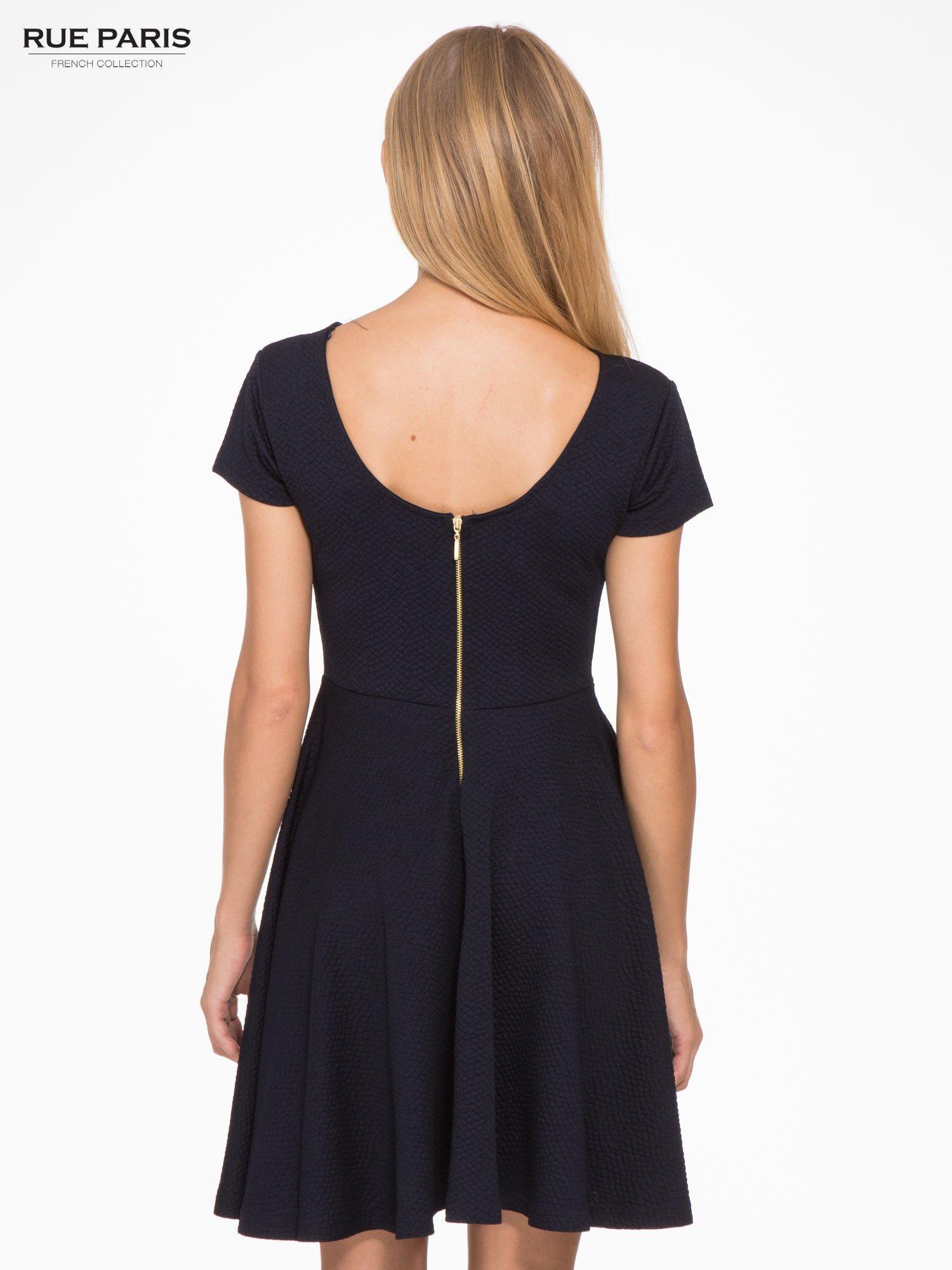 Granatowa fakturowana sukienka z zakładkami i zamkiem z tyłu                                  zdj.                                  4