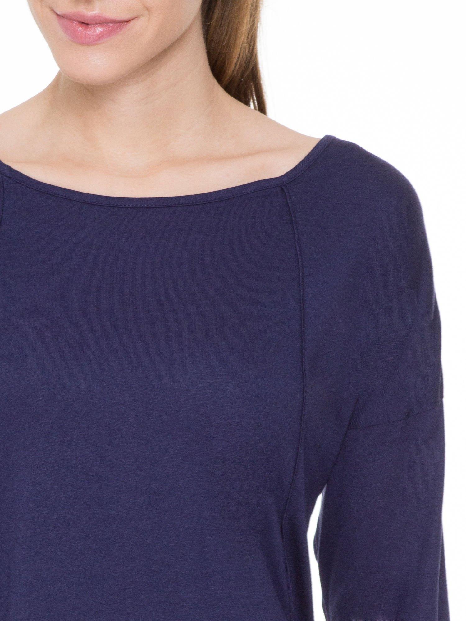 Granatowa gładka bluzka z ozdobnymi przeszyciami                                  zdj.                                  5